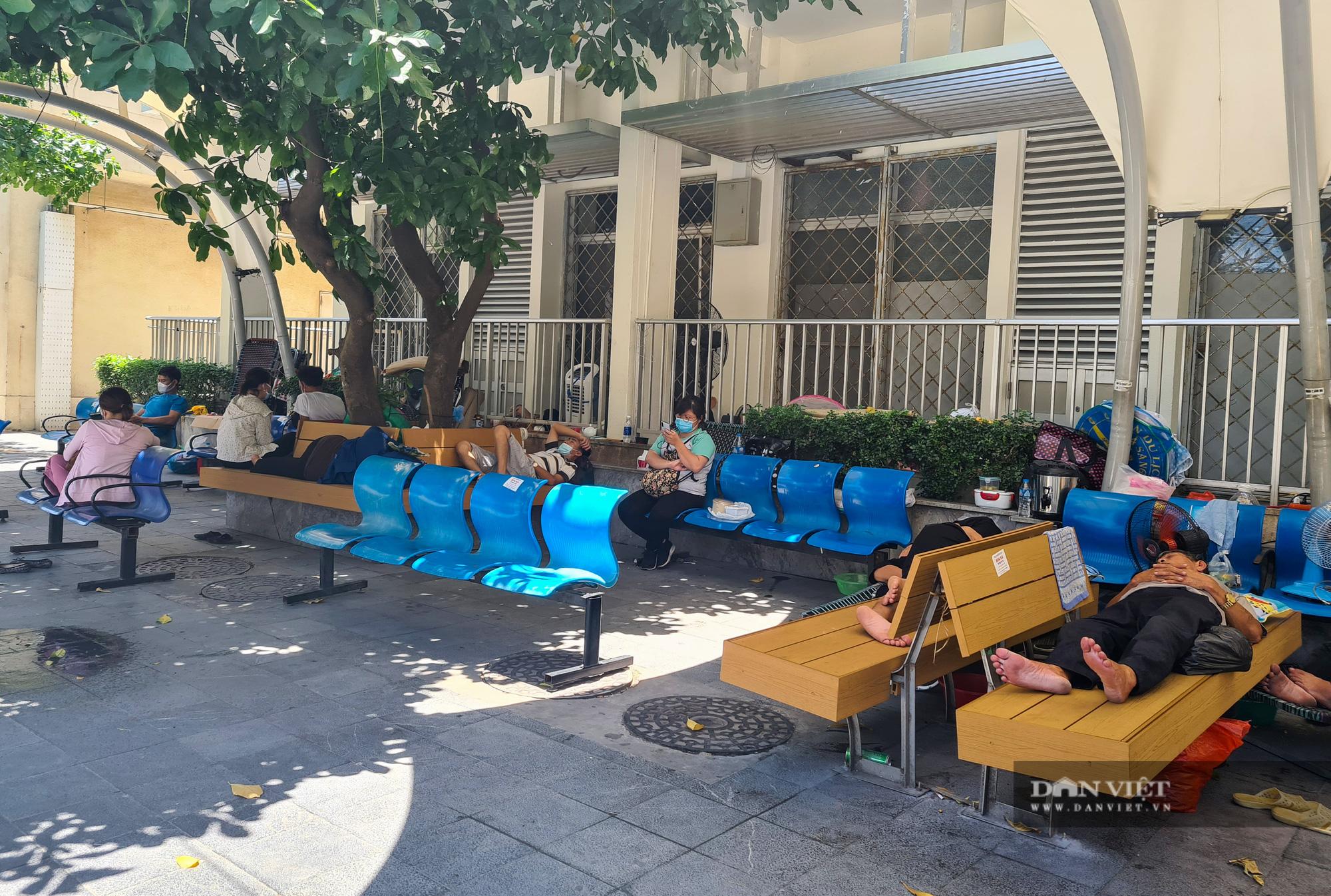 Người thân bệnh nhân tranh thủ chợp mắt giữa trưa nắng gần 50 độ tại bệnh viện Bạch Mai - Ảnh 7.