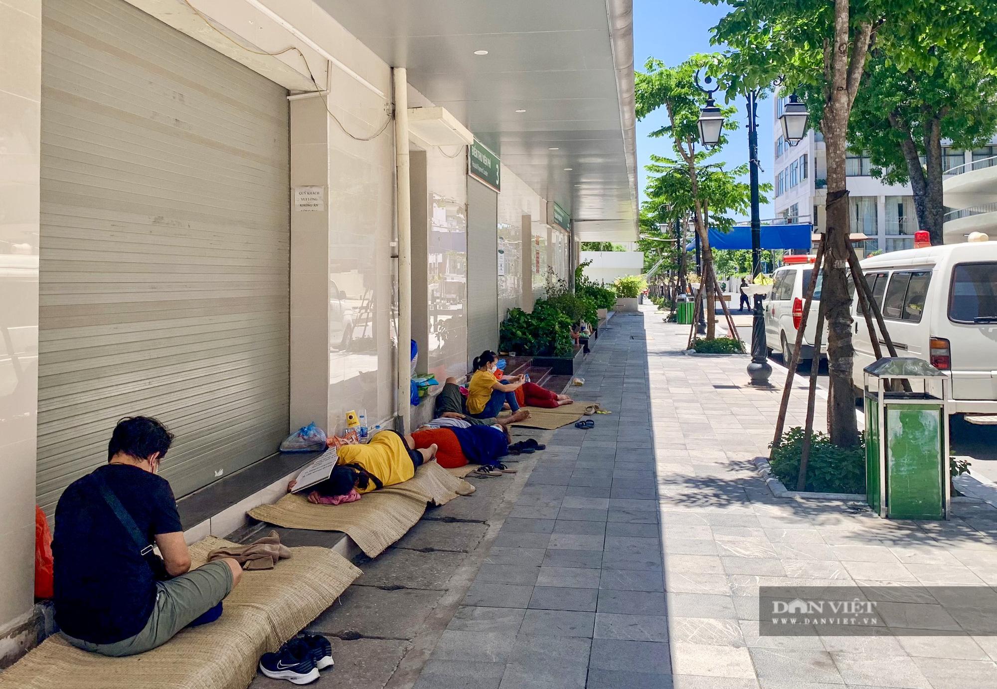 Người thân bệnh nhân tranh thủ chợp mắt giữa trưa nắng gần 50 độ tại bệnh viện Bạch Mai - Ảnh 12.