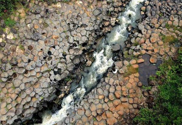 Gia Lai: Một con suối ở Làng Vân bỗng dưng nổi như cồn vì hình dáng kỳ lạ giống hệt tổ ong - Ảnh 1.