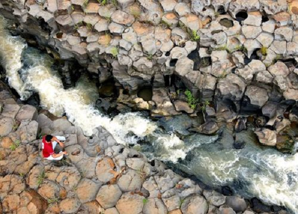 Gia Lai: Một con suối ở Làng Vân bỗng dưng nổi như cồn vì hình dáng kỳ lạ giống hệt tổ ong - Ảnh 4.