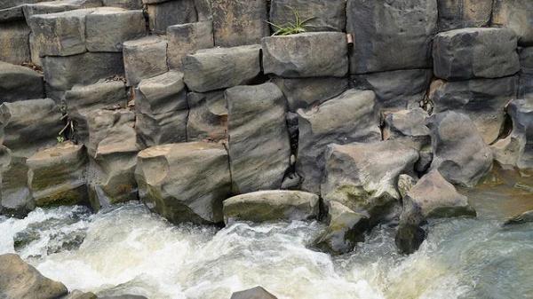 Gia Lai: Một con suối ở Làng Vân bỗng dưng nổi như cồn vì hình dáng kỳ lạ giống hệt tổ ong - Ảnh 6.
