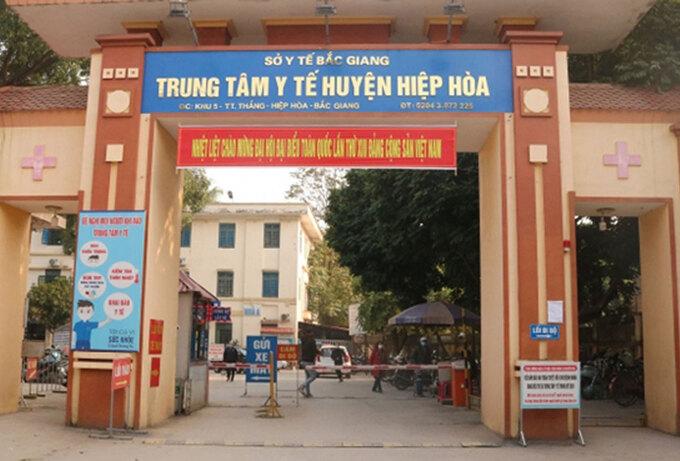 Bệnh nhân F0 ở Bắc Giang trốn ra mua đồ bị phạt 17,5 triệu đồng, giao công an theo dõi, xử lý tiếp - Ảnh 1.