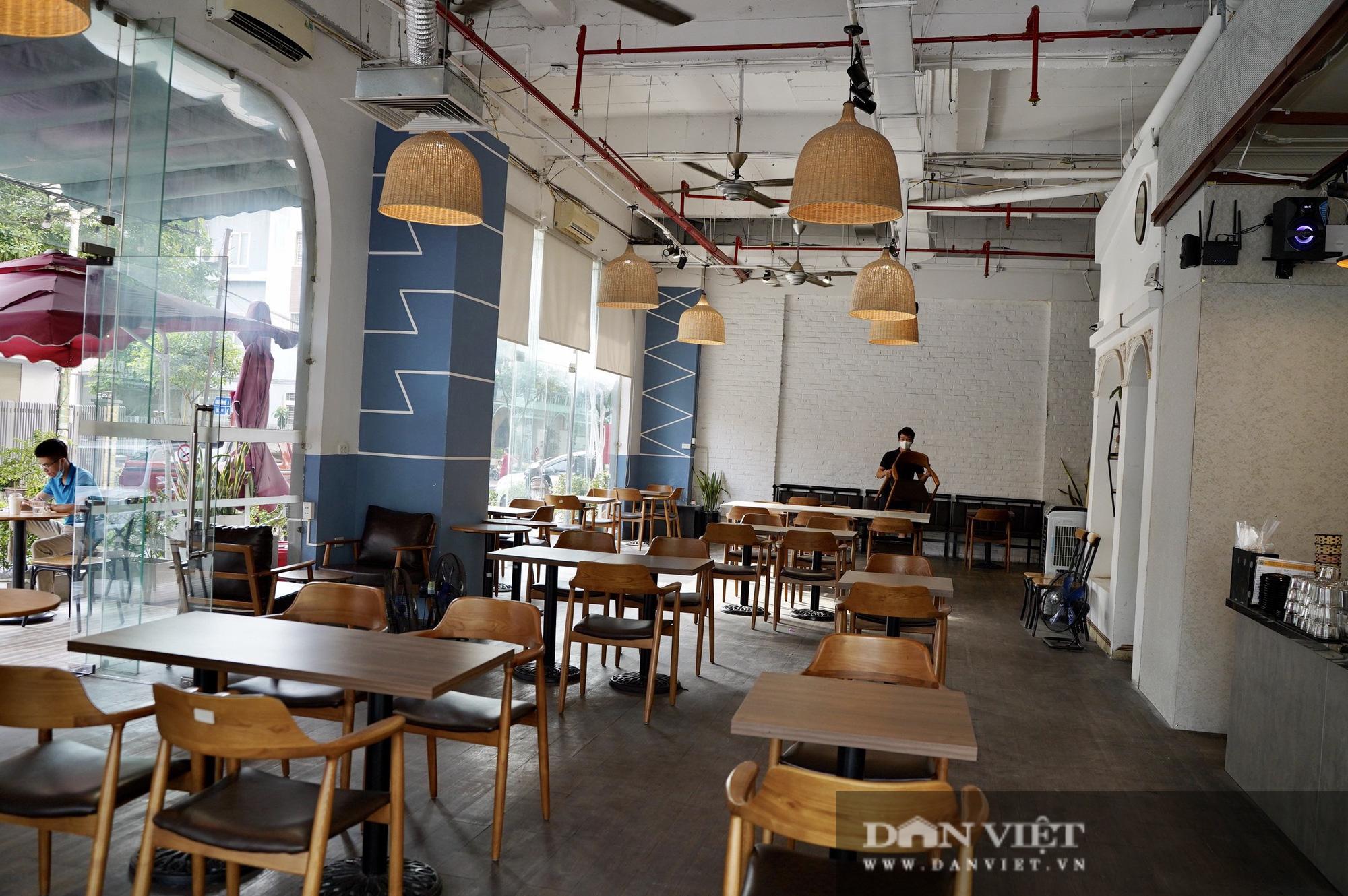 Hà Nội: Quán cafe nơi thưa thớt, chỗ nhộp nhịp trong ngày đầu mở cửa trở lại - Ảnh 2.