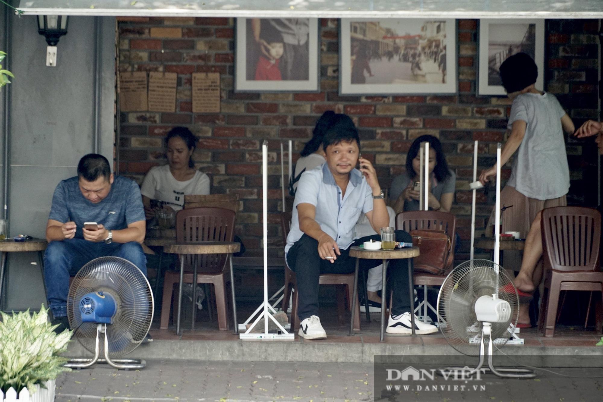 Hà Nội: Quán cafe nơi thưa thớt, chỗ nhộp nhịp trong ngày đầu mở cửa trở lại - Ảnh 4.