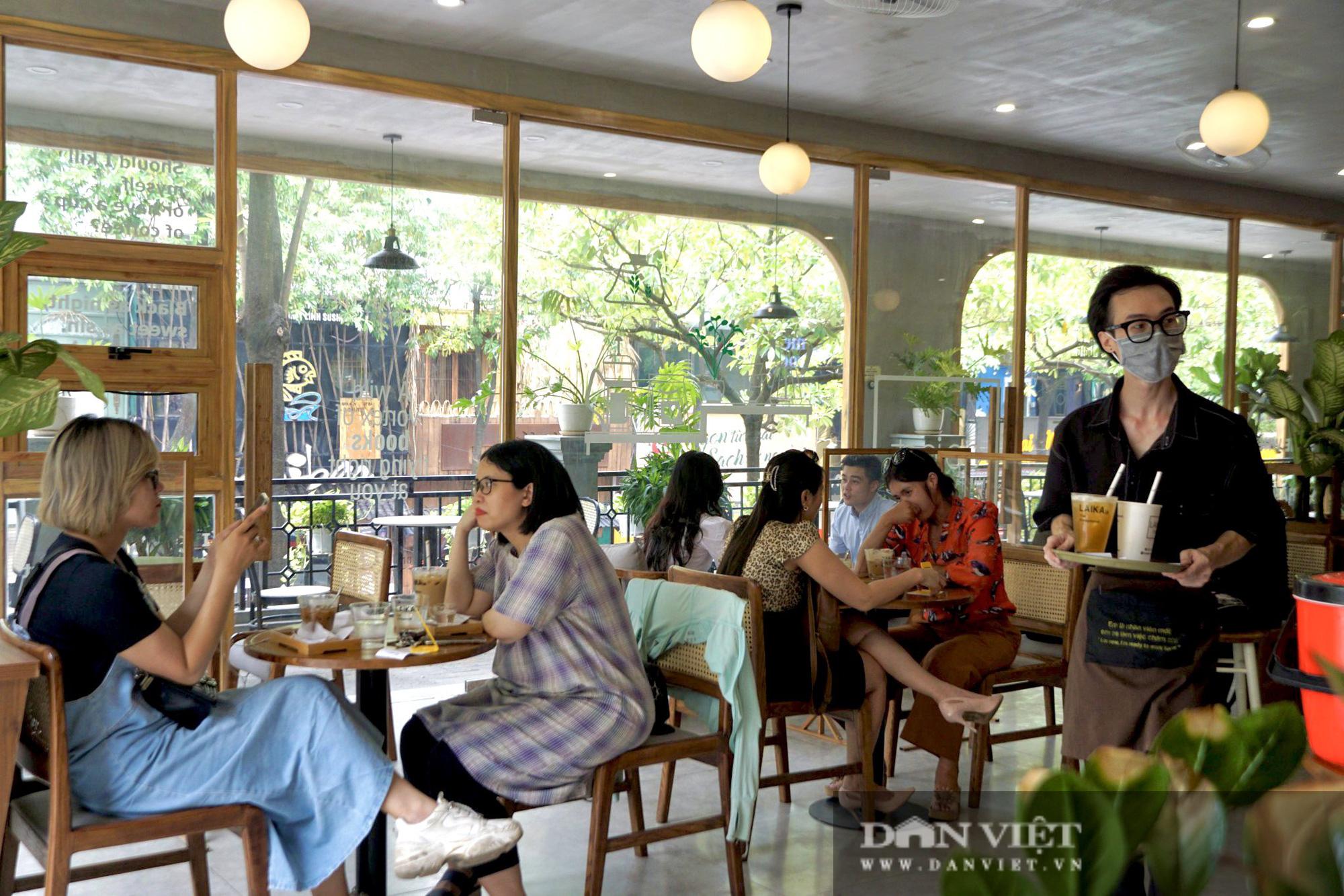 Hà Nội: Quán cafe nơi thưa thớt, chỗ nhộp nhịp trong ngày đầu mở cửa trở lại - Ảnh 5.
