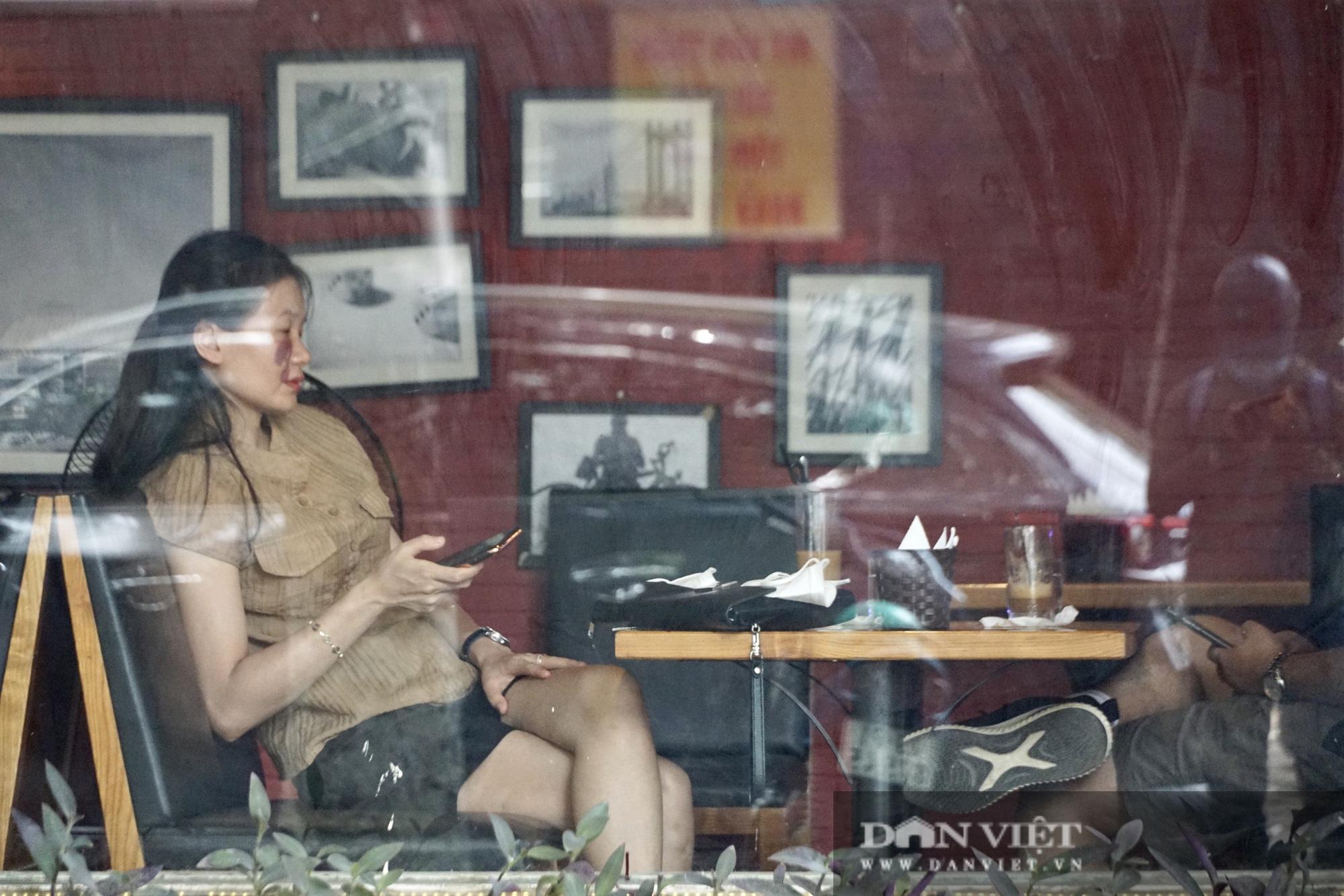 Hà Nội: Quán cafe nơi thưa thớt, chỗ nhộp nhịp trong ngày đầu mở cửa trở lại - Ảnh 7.