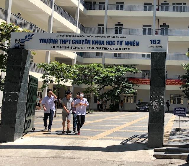 Trường Chuyên đầu tiên ở Hà Nội công bố điểm thi vào lớp 10, điểm chuẩn giảm 3 điểm - Ảnh 1.