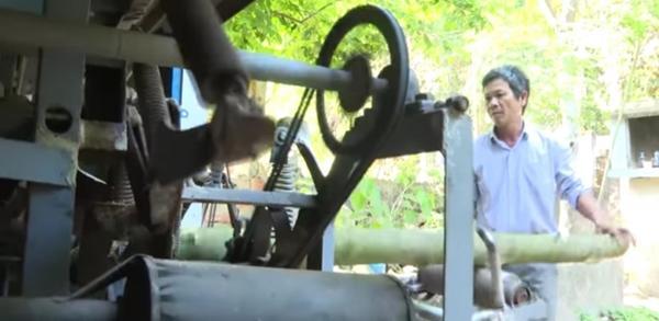 """Quảng Ngãi: Ông nông dân sáng chế máy lột vỏ cây keo, vèo một cái cả tấn cây keo đã """"lấm lưng trắng bụng"""" - Ảnh 3."""