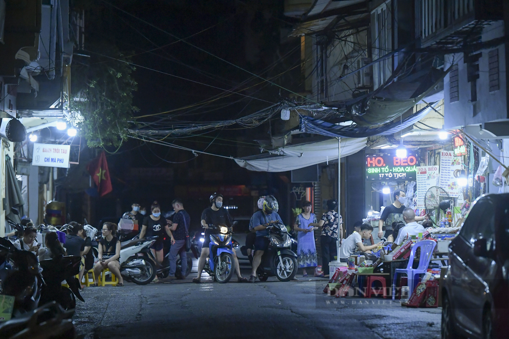 """Hà Nội: Phớt lờ lệnh cấm bán hàng sau 21h, nhiều nhà hàng """"nhốt khách"""" ăn uống phía trong - Ảnh 1."""