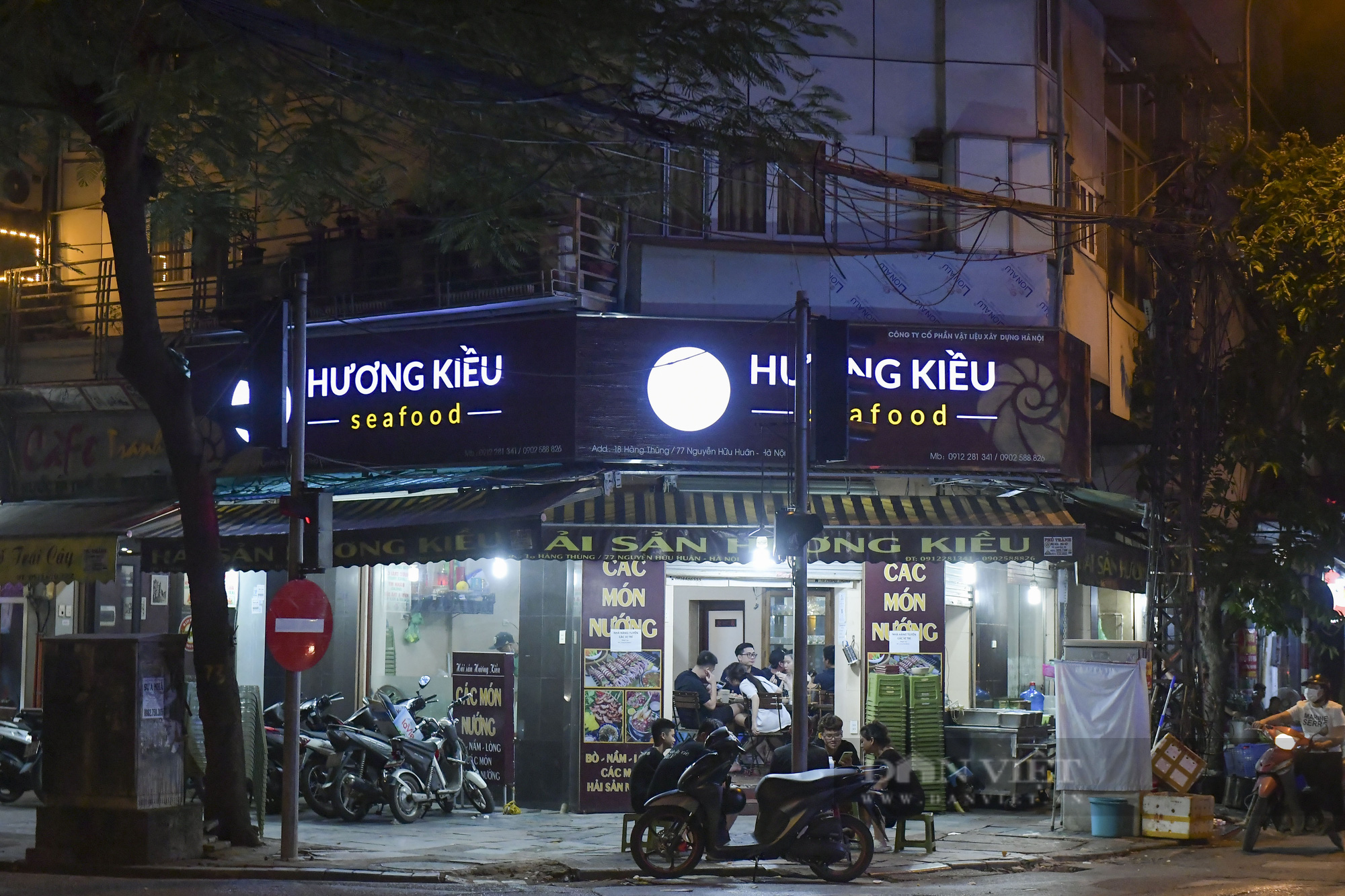 """Hà Nội: Phớt lờ lệnh cấm bán hàng sau 21h, nhiều nhà hàng """"nhốt khách"""" ăn uống phía trong - Ảnh 2."""