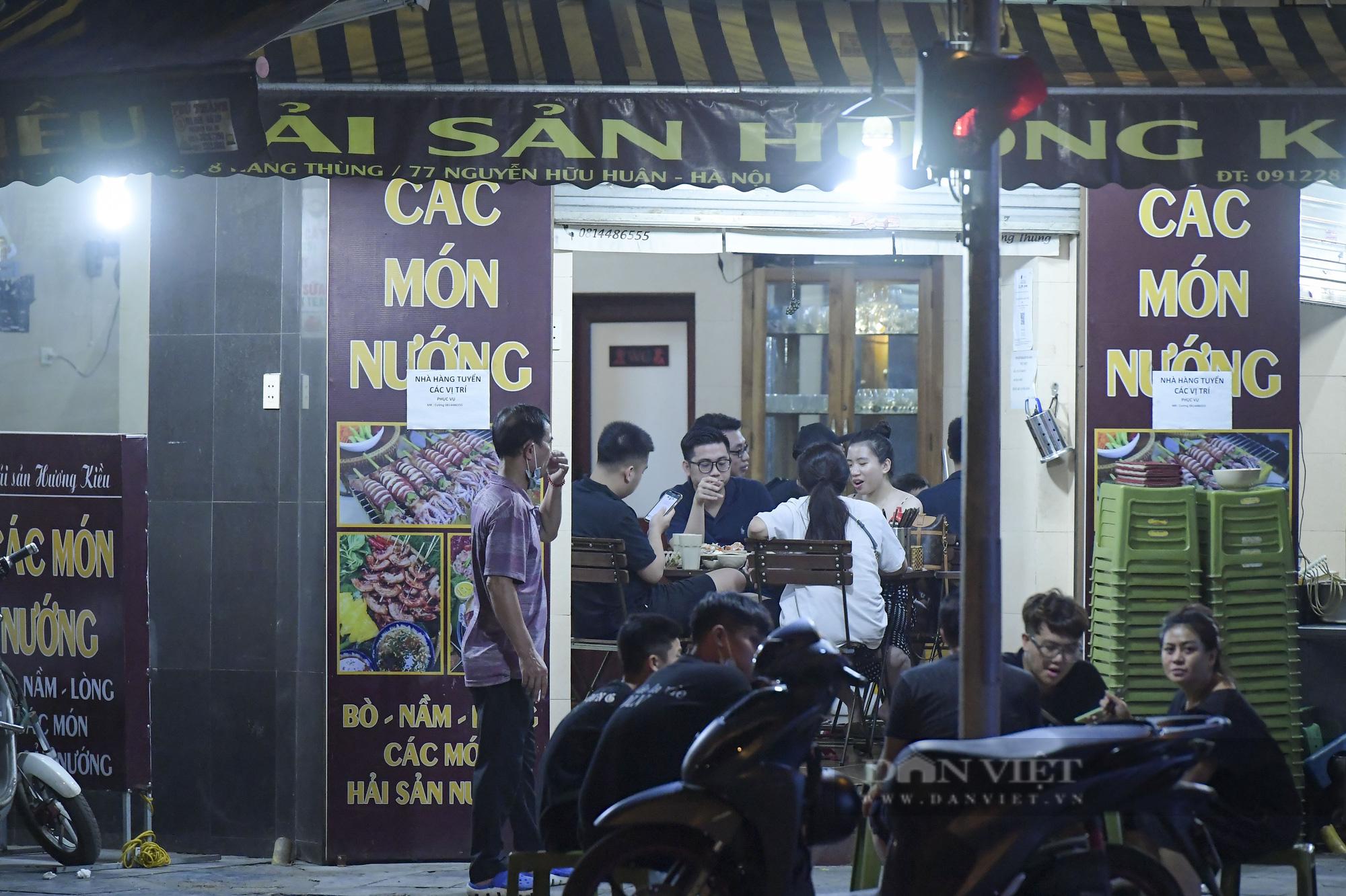"""Hà Nội: Phớt lờ lệnh cấm bán hàng sau 21h, nhiều nhà hàng """"nhốt khách"""" ăn uống phía trong - Ảnh 3."""