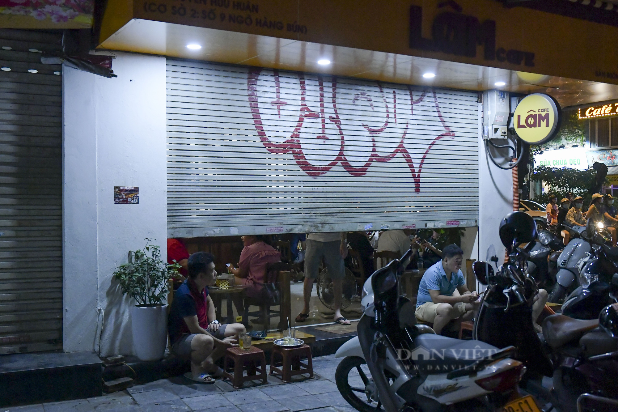 """Hà Nội: Phớt lờ lệnh cấm bán hàng sau 21h, nhiều nhà hàng """"nhốt khách"""" ăn uống phía trong - Ảnh 4."""