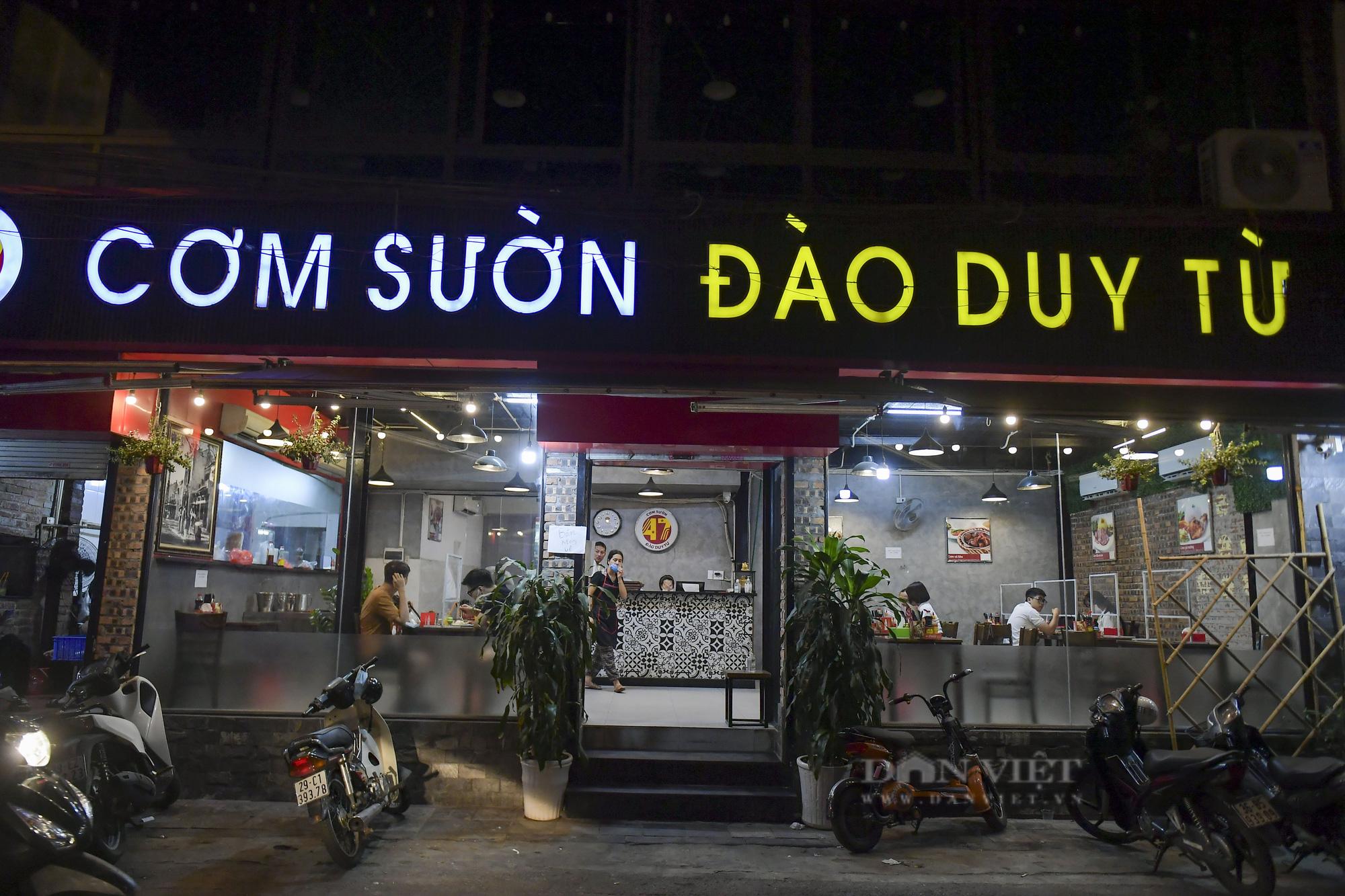 """Hà Nội: Phớt lờ lệnh cấm bán hàng sau 21h, nhiều nhà hàng """"nhốt khách"""" ăn uống phía trong - Ảnh 5."""