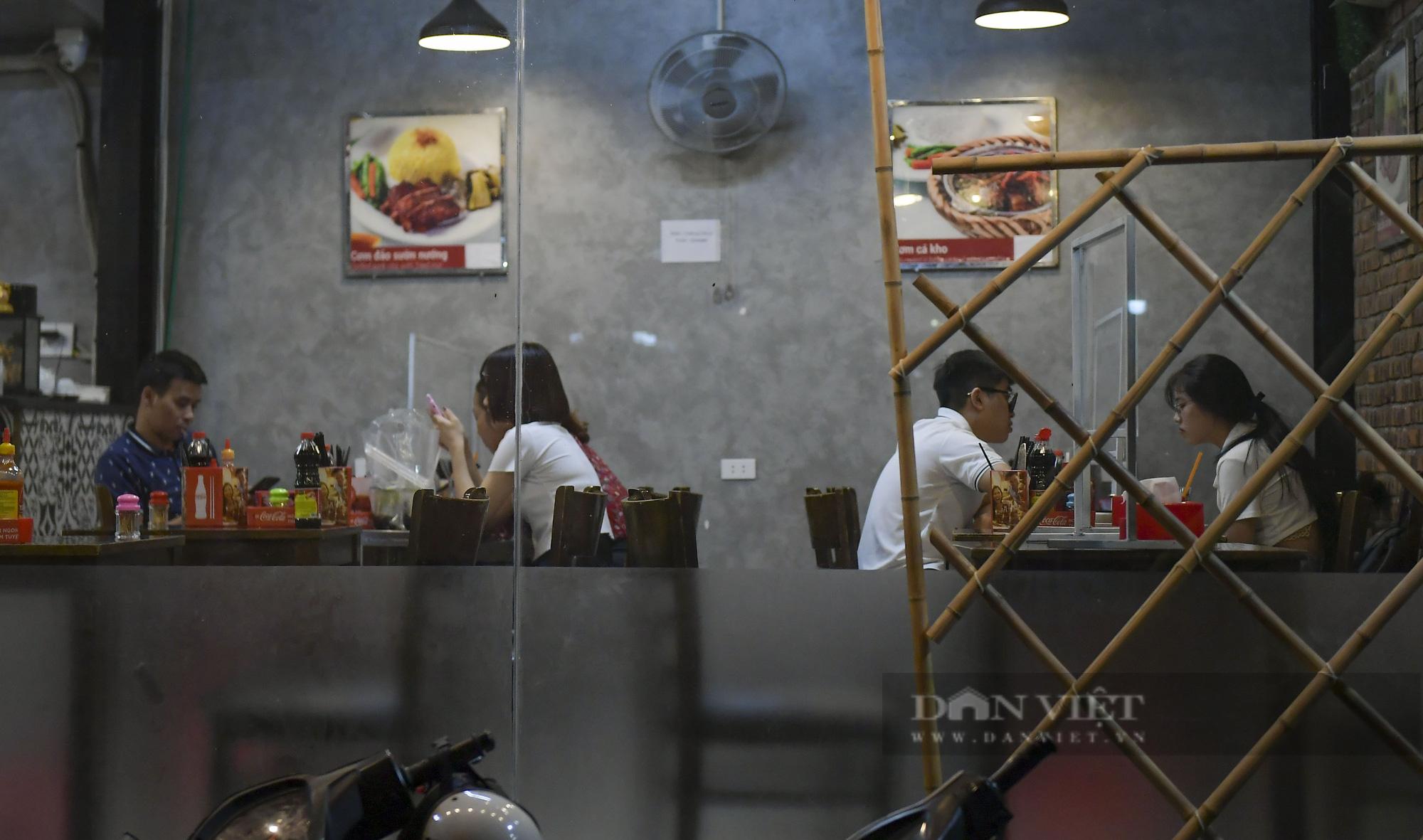 """Hà Nội: Phớt lờ lệnh cấm bán hàng sau 21h, nhiều nhà hàng """"nhốt khách"""" ăn uống phía trong - Ảnh 7."""