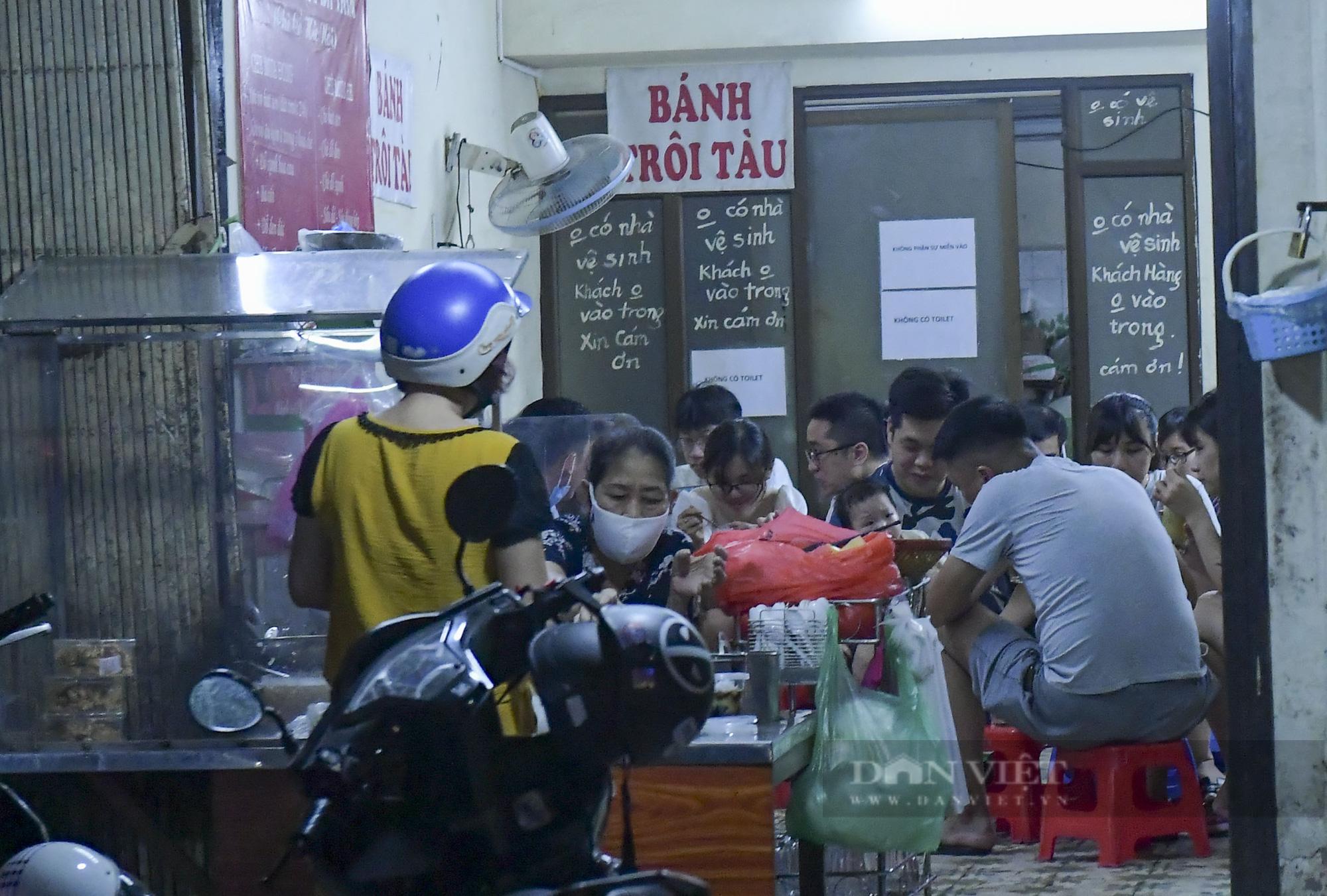 """Hà Nội: Phớt lờ lệnh cấm bán hàng sau 21h, nhiều nhà hàng """"nhốt khách"""" ăn uống phía trong - Ảnh 8."""