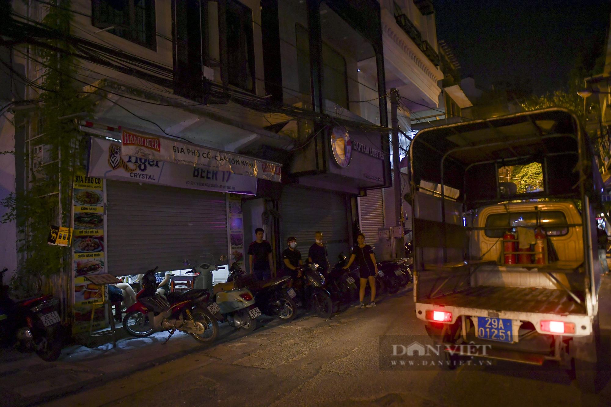 """Hà Nội: Phớt lờ lệnh cấm bán hàng sau 21h, nhiều nhà hàng """"nhốt khách"""" ăn uống phía trong - Ảnh 9."""