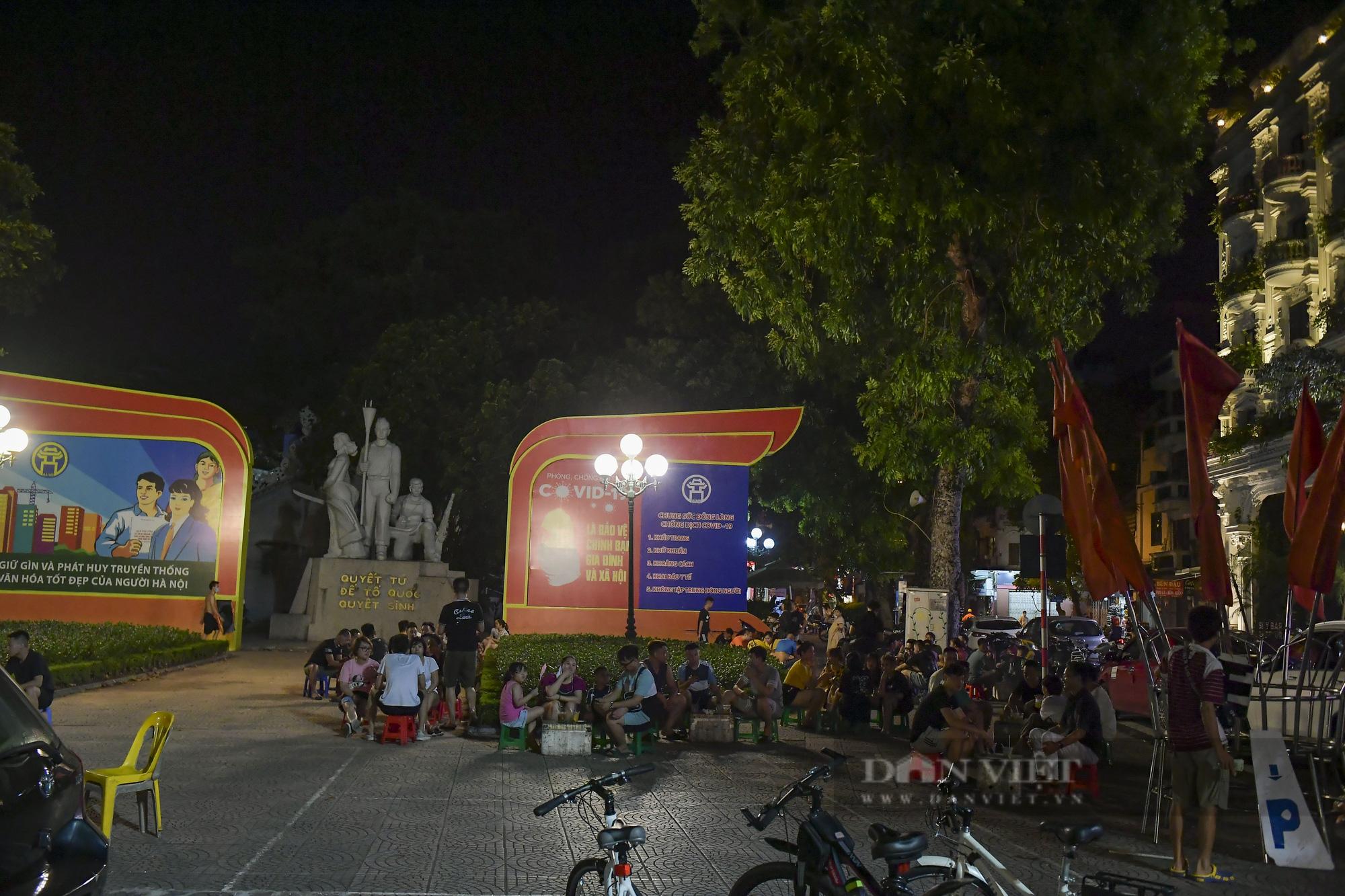 """Hà Nội: Phớt lờ lệnh cấm bán hàng sau 21h, nhiều nhà hàng """"nhốt khách"""" ăn uống phía trong - Ảnh 10."""