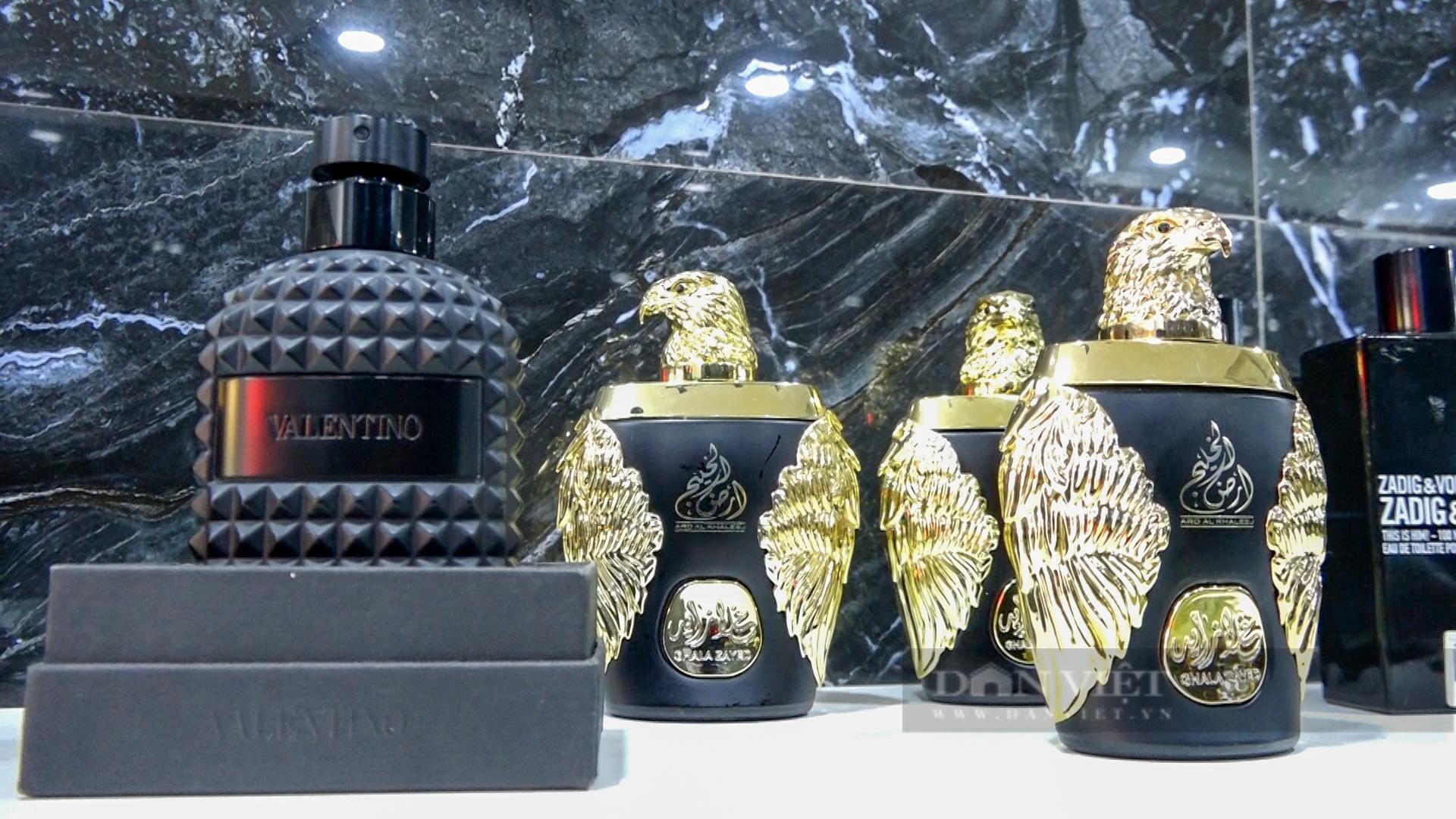 Hà Nội: Đột kích cửa hàng ở phố cổ, thu giữ hàng nghìn chai nước hoa Gucci, Dolce & Gabbana... không rõ nguồn gốc - Ảnh 4.