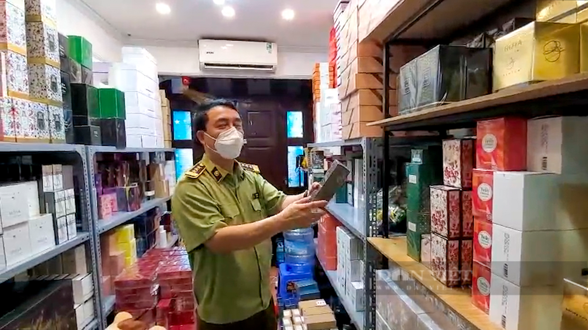Hà Nội: Đột kích cửa hàng ở phố cổ, thu giữ hàng nghìn chai nước hoa Gucci, Dolce & Gabbana... không rõ nguồn gốc - Ảnh 6.