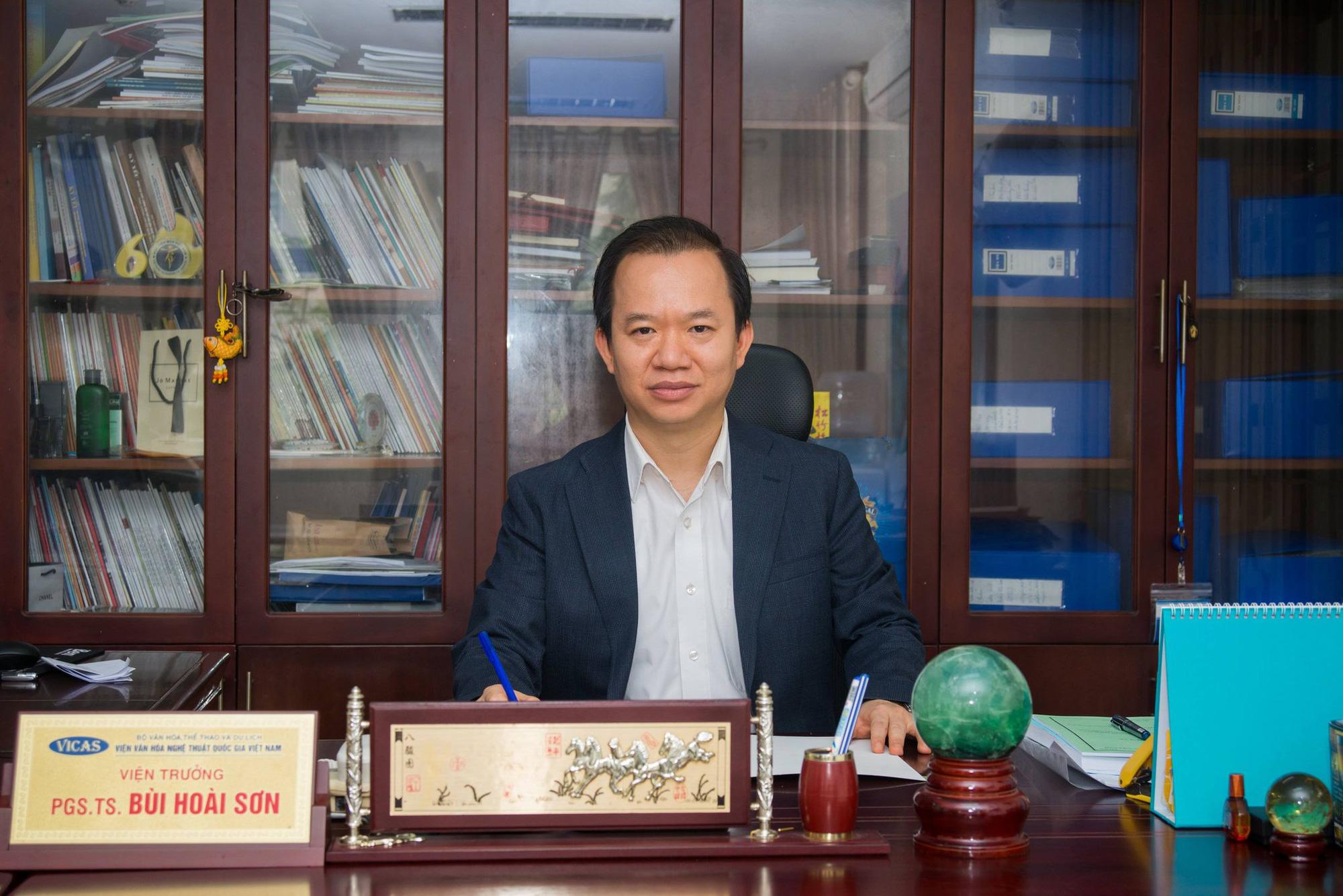 """PGS.TS Bùi Hoài Sơn: """"Tôi ủng hộ quy định không mặc quần bò đi làm của Bộ Nội vụ"""" - Ảnh 1."""