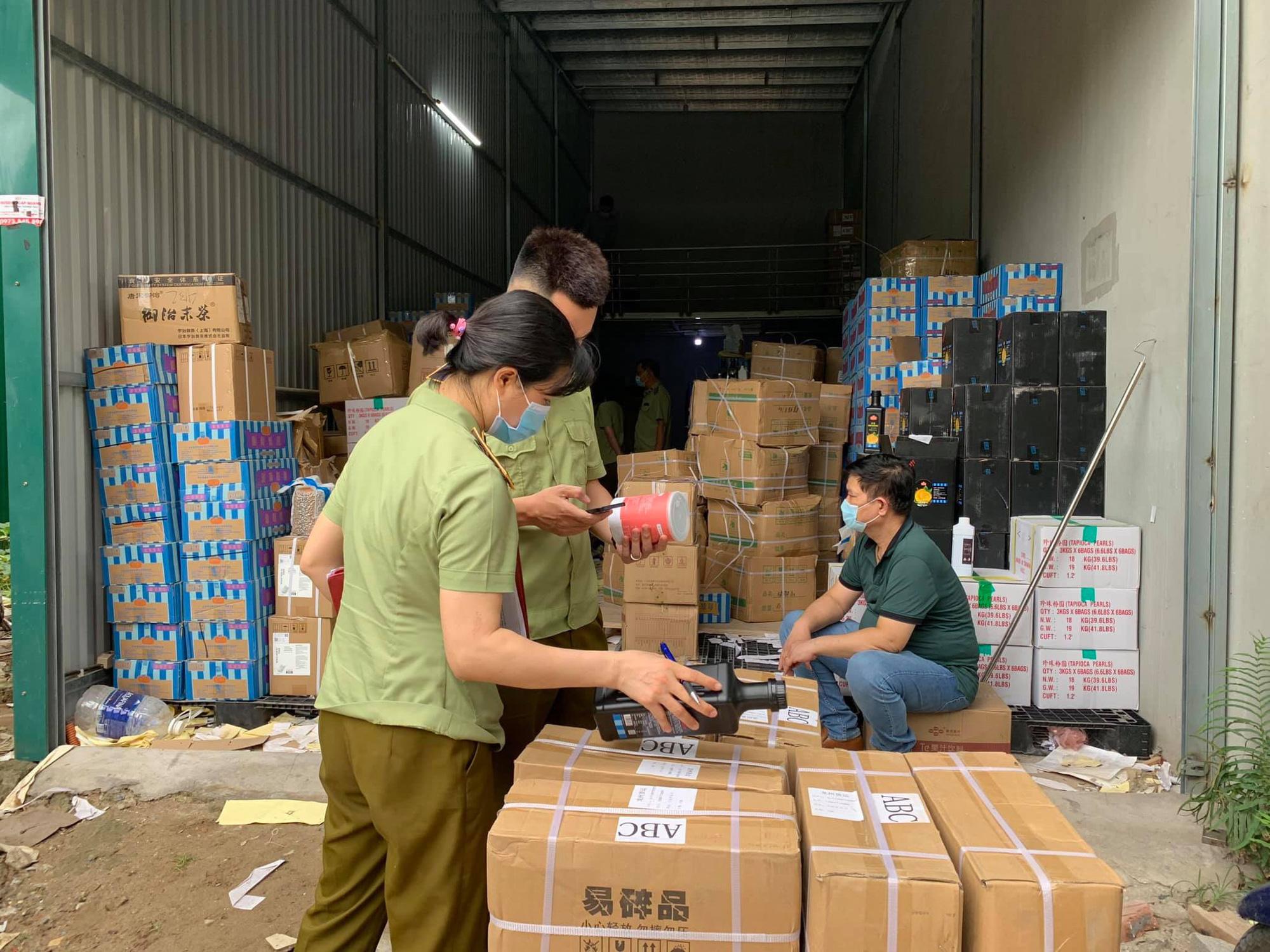 Thu giữ hàng tấn nguyên liệu trà sữa Royaltea, Gong Cha không rõ nguồn gốc - Ảnh 1.