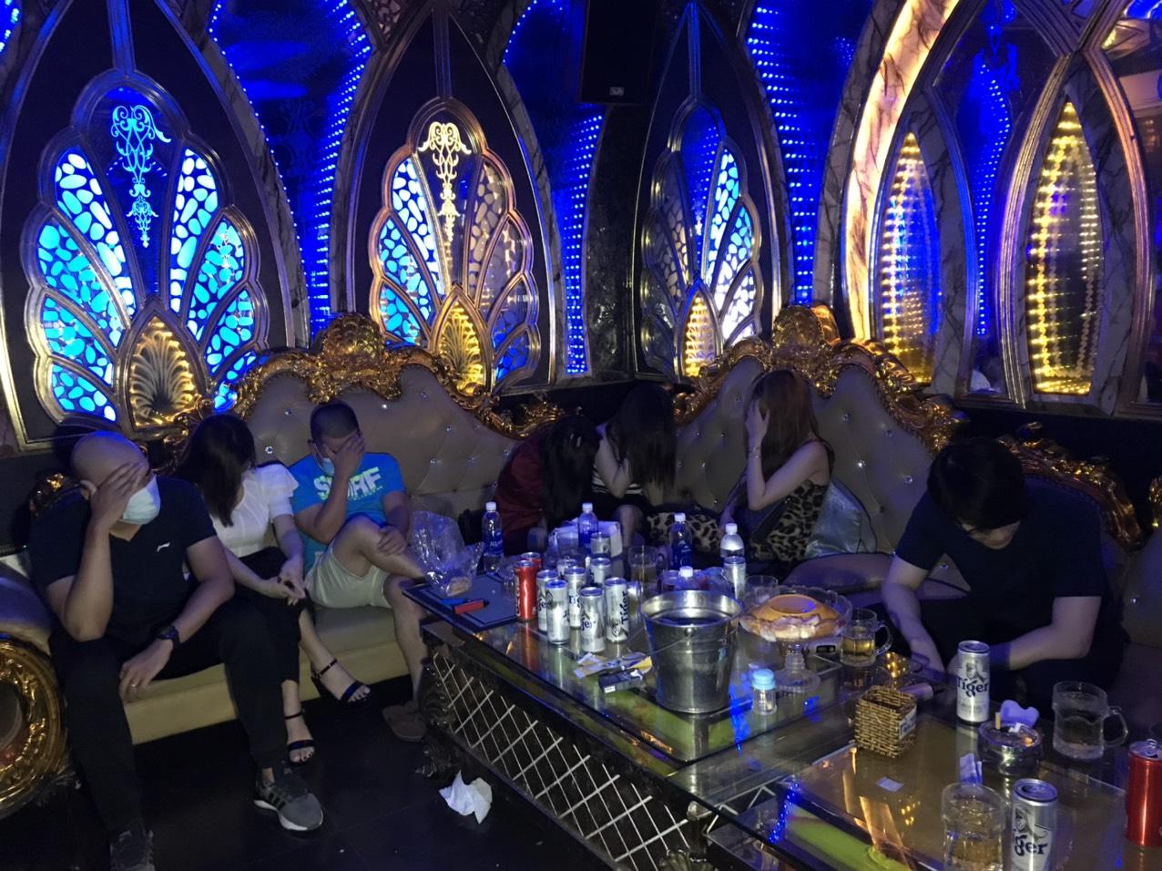 Cà Mau: Bất chấp quy định phòng chống dịch, nhóm người vào quán karaoke sử dụng ma túy - Ảnh 1.