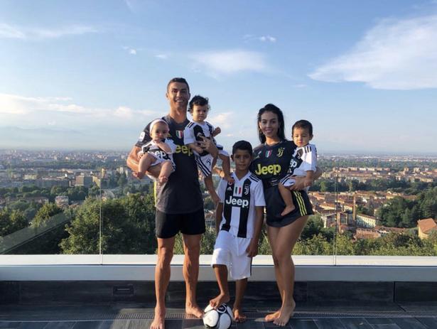 """Khám phá căn biệt thự """"khủng"""" của Ronaldo ở Italia: Có hẳn 2 hồ bơi - Ảnh 6."""