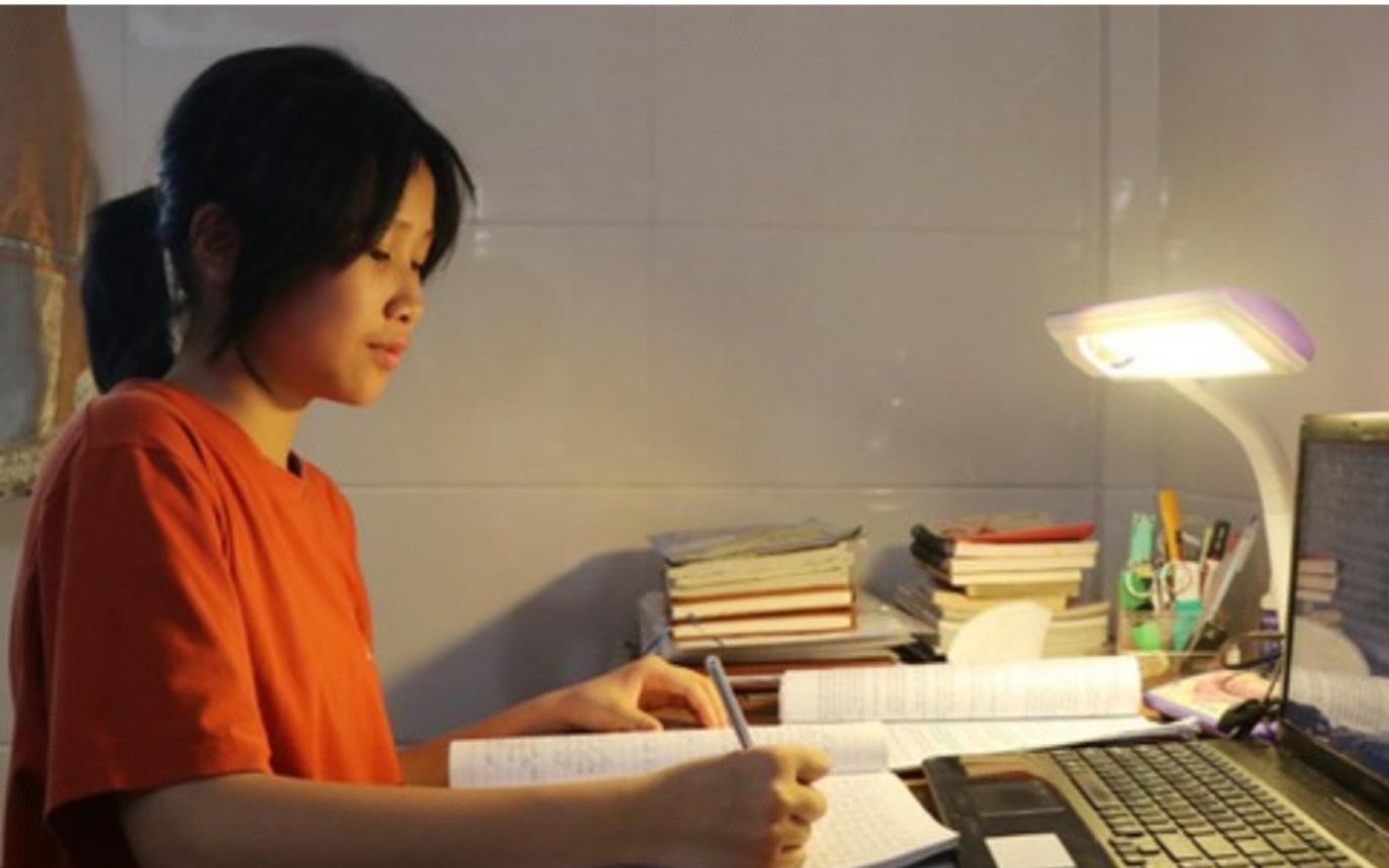Nữ thủ khoa lớp 10 gây choáng với kỷ lục viết bài Văn 17 trang giấy trong 150 phút