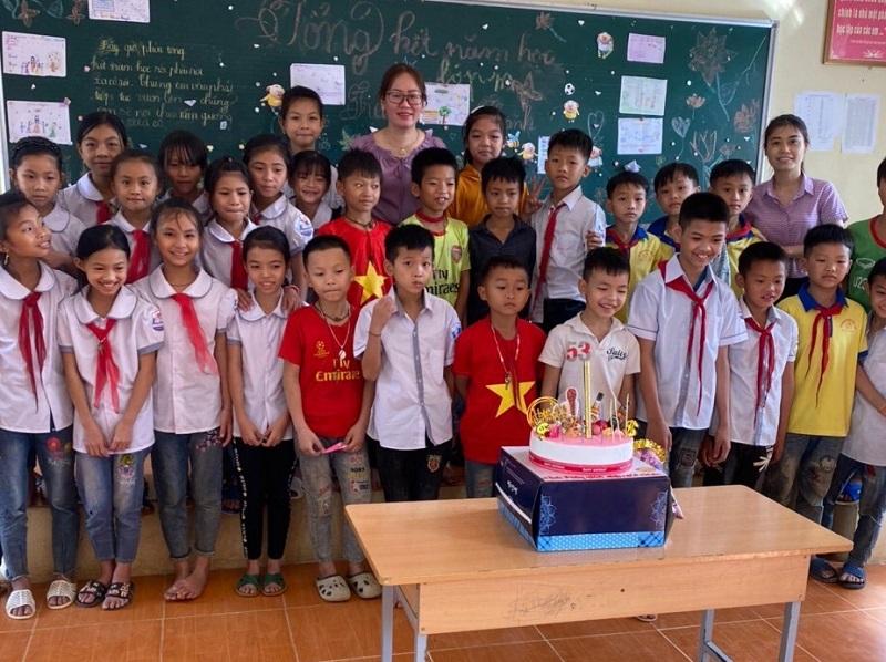 Cô giáo và hàng trăm lá thư của đám trò nghèo - Ảnh 2.
