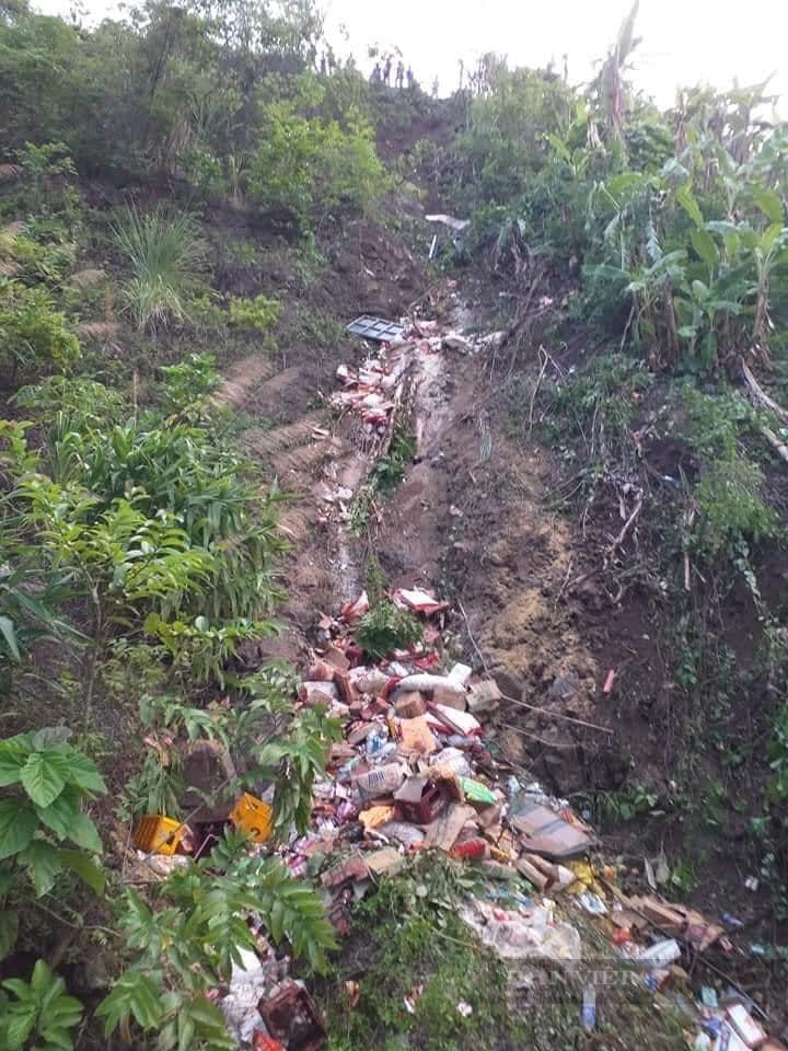 Sơn La: Xe tải lao xuống vực sâu, 2 người chết, 1 người bị thương - Ảnh 1.