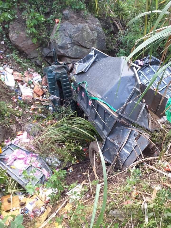 Sơn La: Xe tải lao xuống vực sâu, 2 người chết, 1 người bị thương - Ảnh 2.
