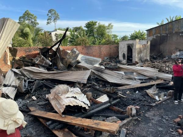 An Giang: Hỏa hoạn thiêu rụi 4 căn nhà thiệt hại hàng trăm triệu đồng - Ảnh 1.
