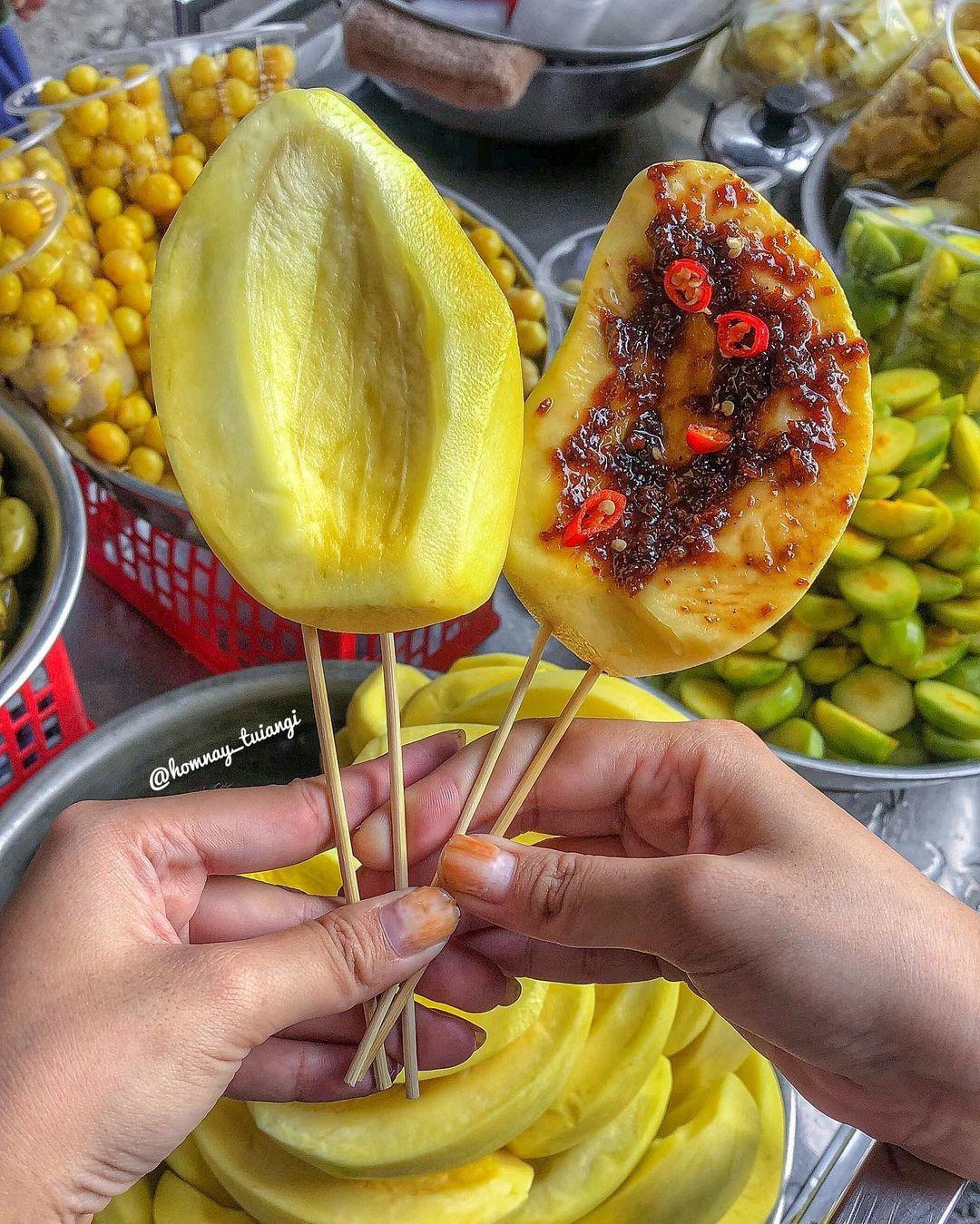 """Tp Hồ Chí Minh: Kỳ lạ, xe trái cây dạo 30 năm """"gây nghiện"""" với món lạ """"ổi luộc chấm mắm ruốc"""" - Ảnh 4."""