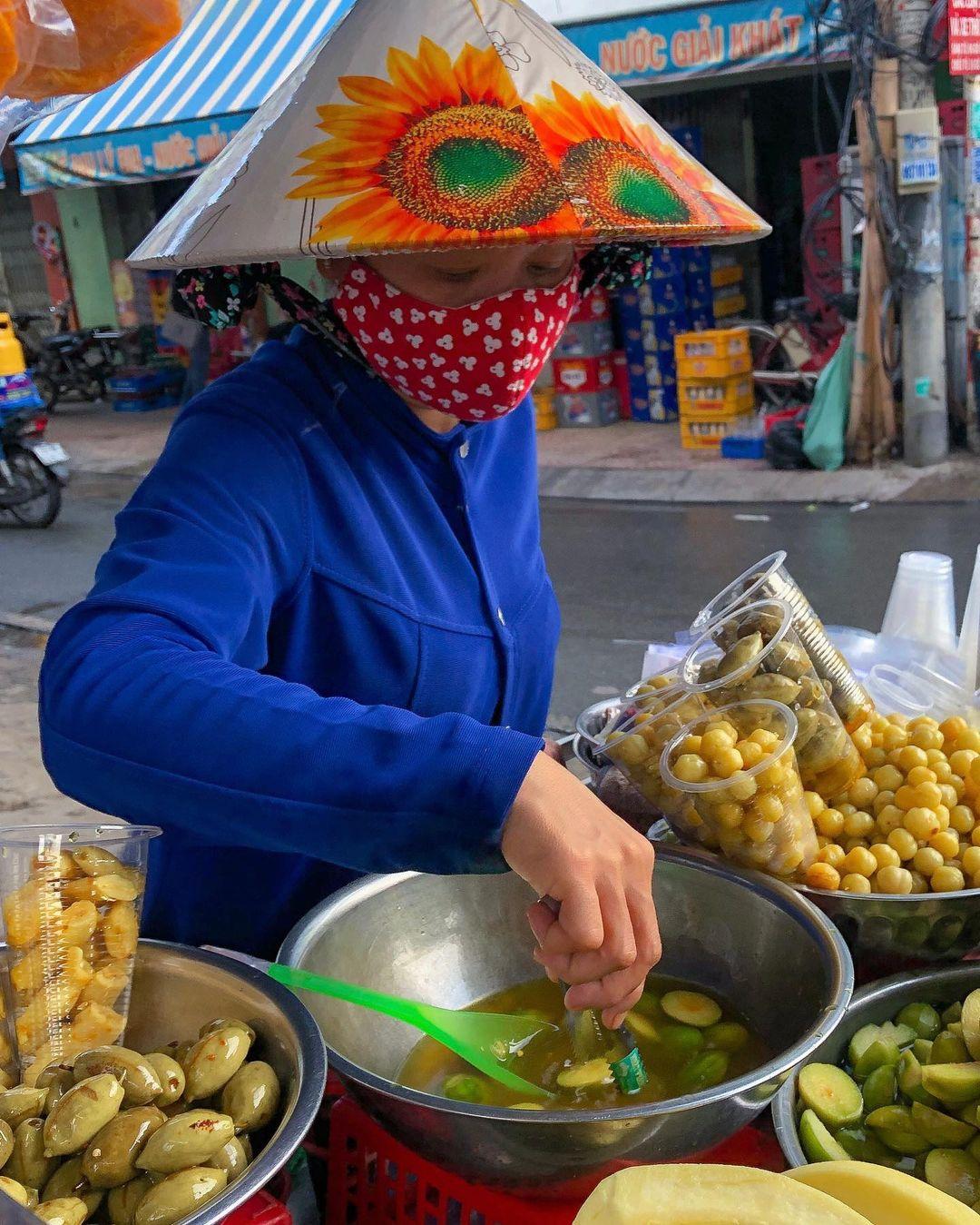 """Tp Hồ Chí Minh: Kỳ lạ, xe trái cây dạo 30 năm """"gây nghiện"""" với món lạ """"ổi luộc chấm mắm ruốc"""" - Ảnh 1."""