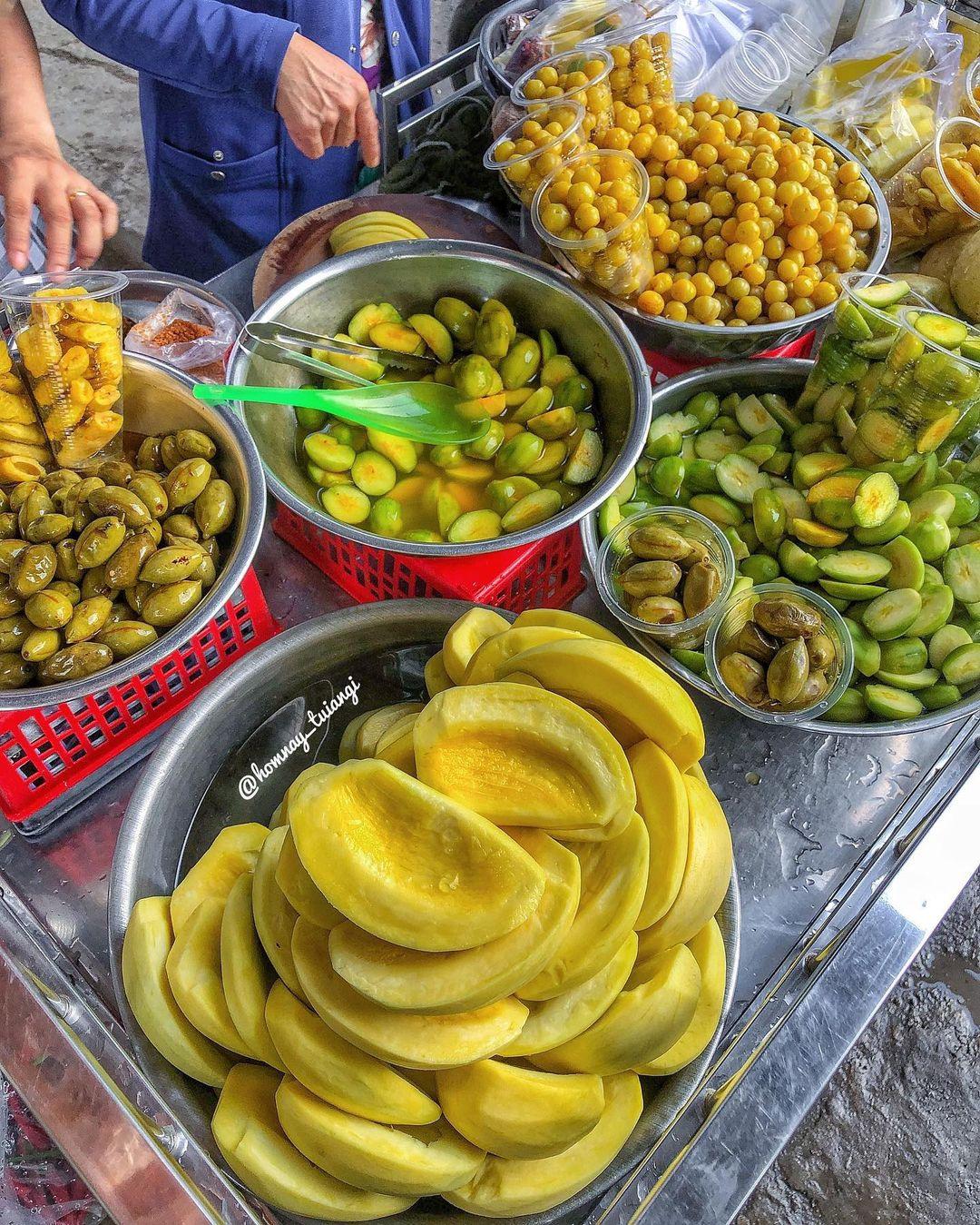 """Tp Hồ Chí Minh: Kỳ lạ, xe trái cây dạo 30 năm """"gây nghiện"""" với món lạ """"ổi luộc chấm mắm ruốc"""" - Ảnh 3."""
