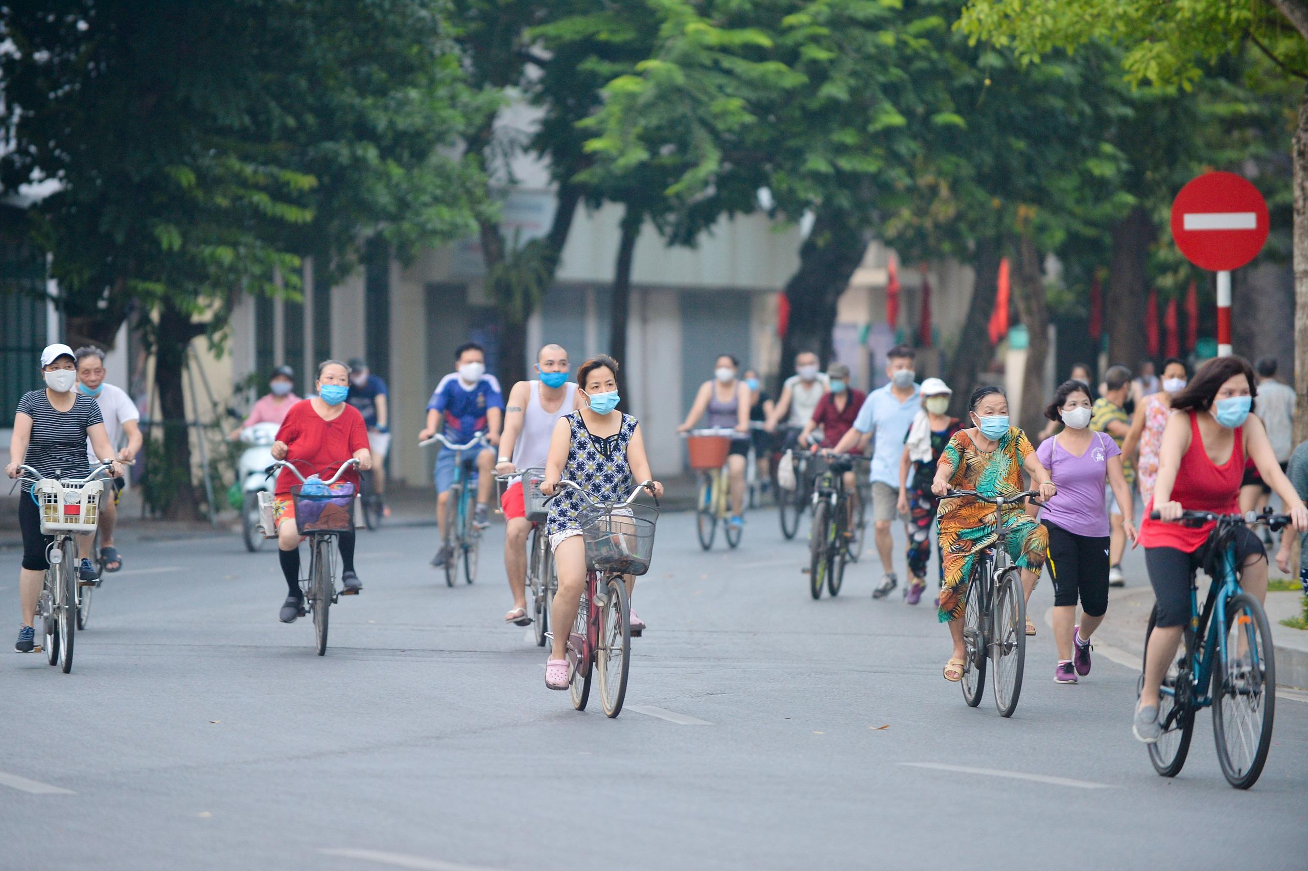 Hàng trăm người dân tập thể dục, đạp xe quanh hồ Gươm bất chấp dịch quy định phòng dịch Covid-19 - Ảnh 1.