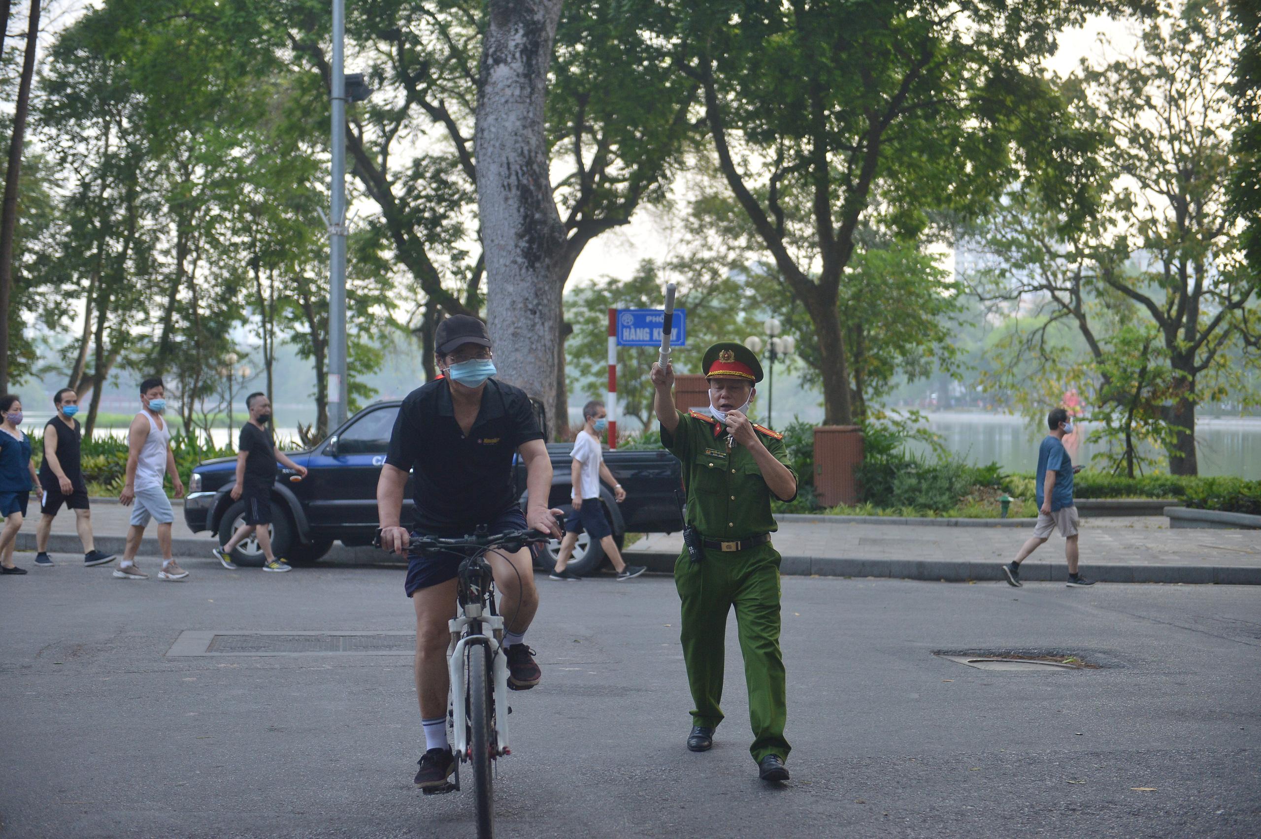 Hàng trăm người dân tập thể dục, đạp xe quanh hồ Gươm bất chấp dịch quy định phòng dịch Covid-19 - Ảnh 10.