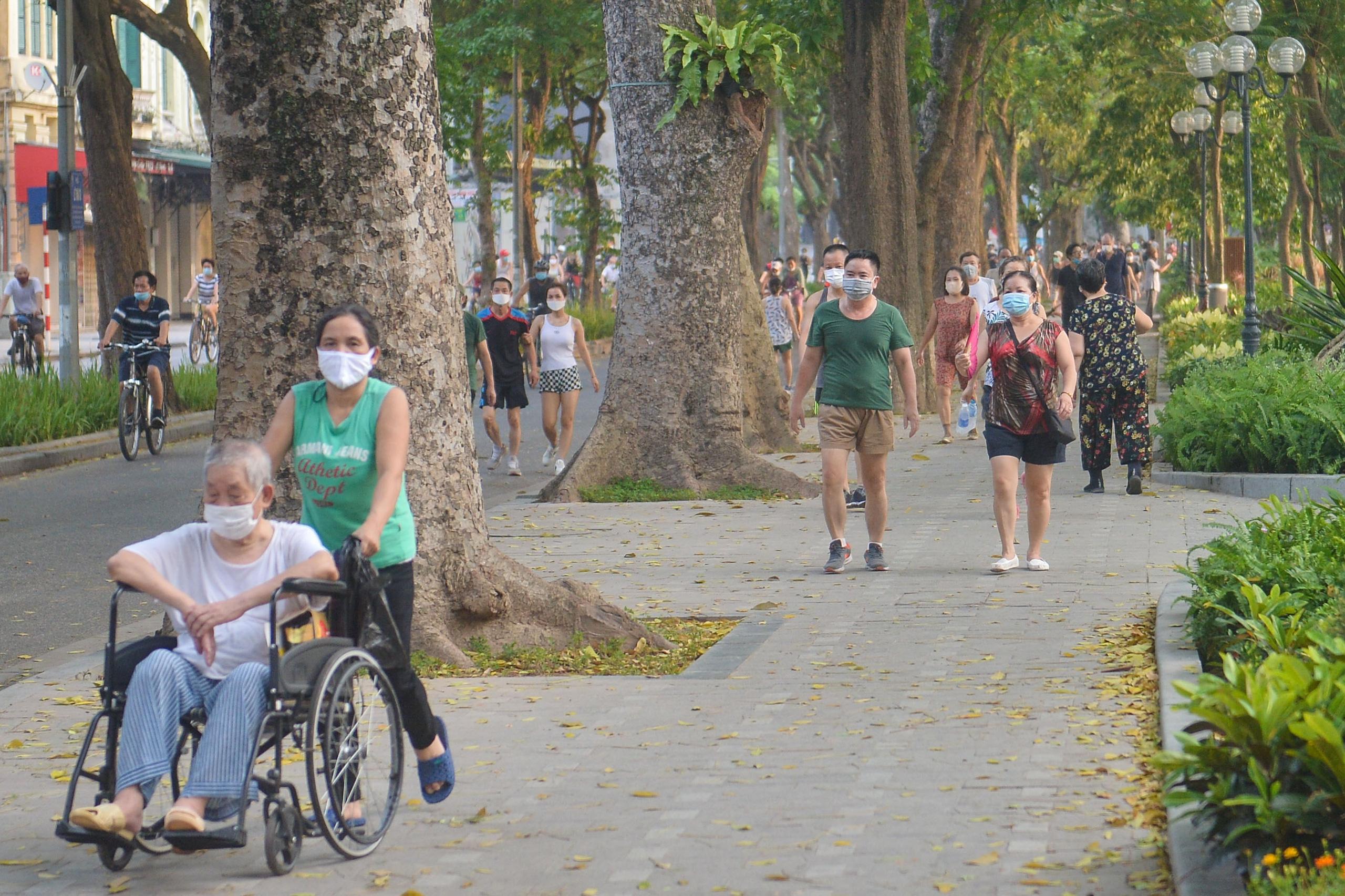 Hàng trăm người dân tập thể dục, đạp xe quanh hồ Gươm bất chấp dịch quy định phòng dịch Covid-19 - Ảnh 12.