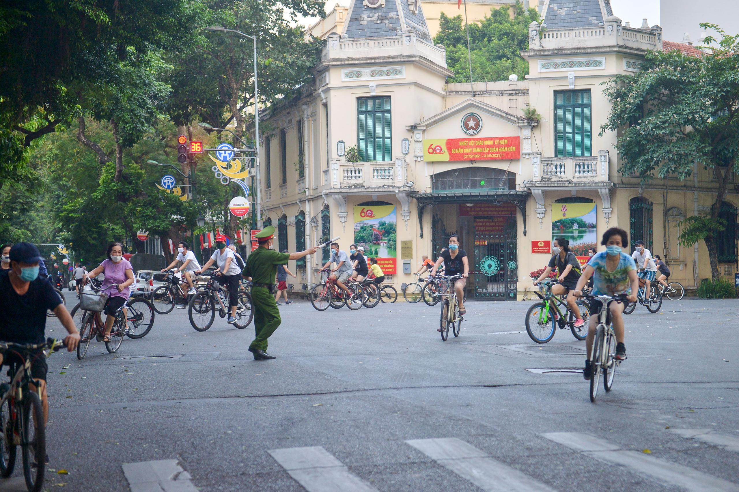 Hàng trăm người dân tập thể dục, đạp xe quanh hồ Gươm bất chấp dịch quy định phòng dịch Covid-19 - Ảnh 11.