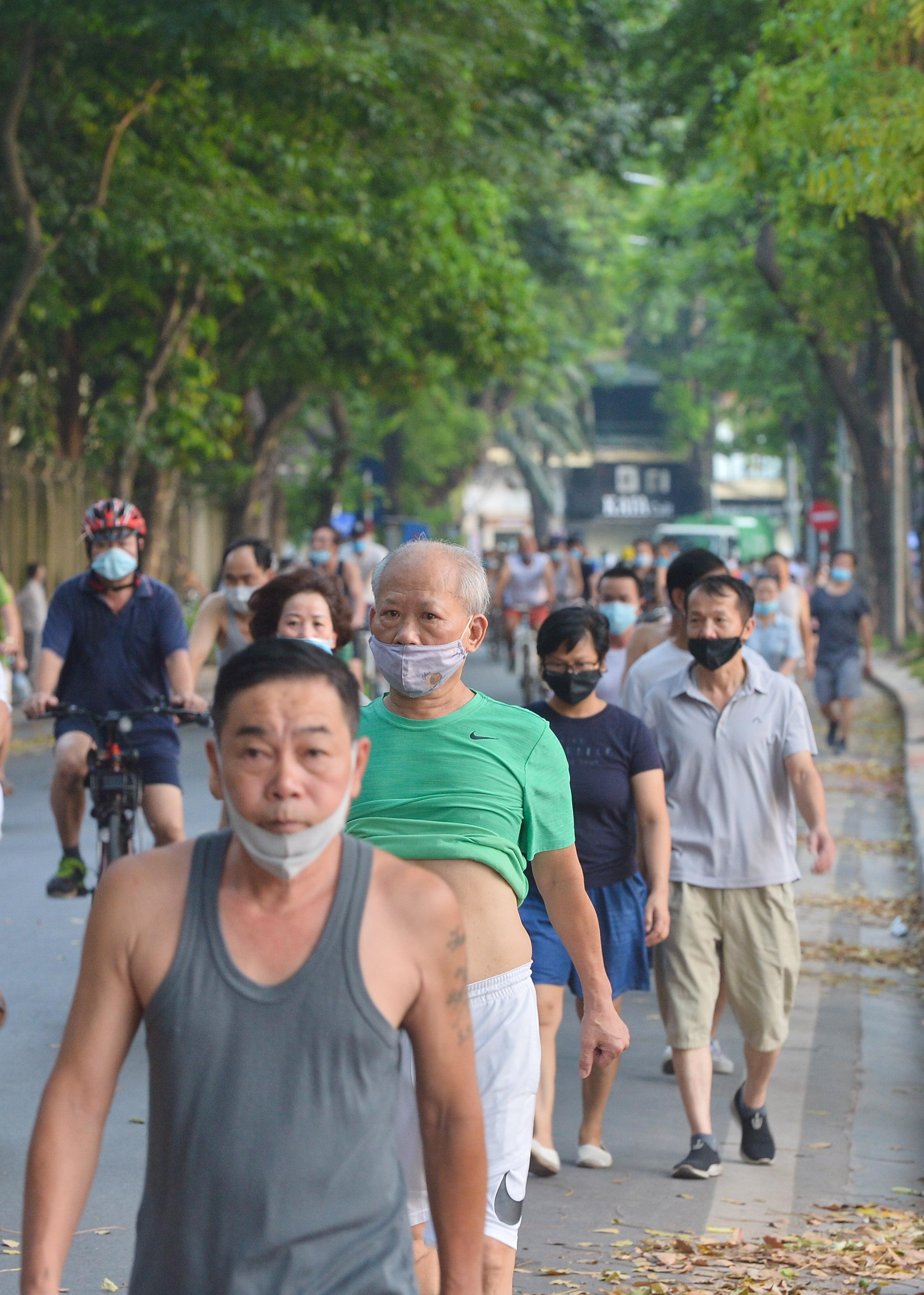Hàng trăm người dân tập thể dục, đạp xe quanh hồ Gươm bất chấp dịch quy định phòng dịch Covid-19 - Ảnh 3.