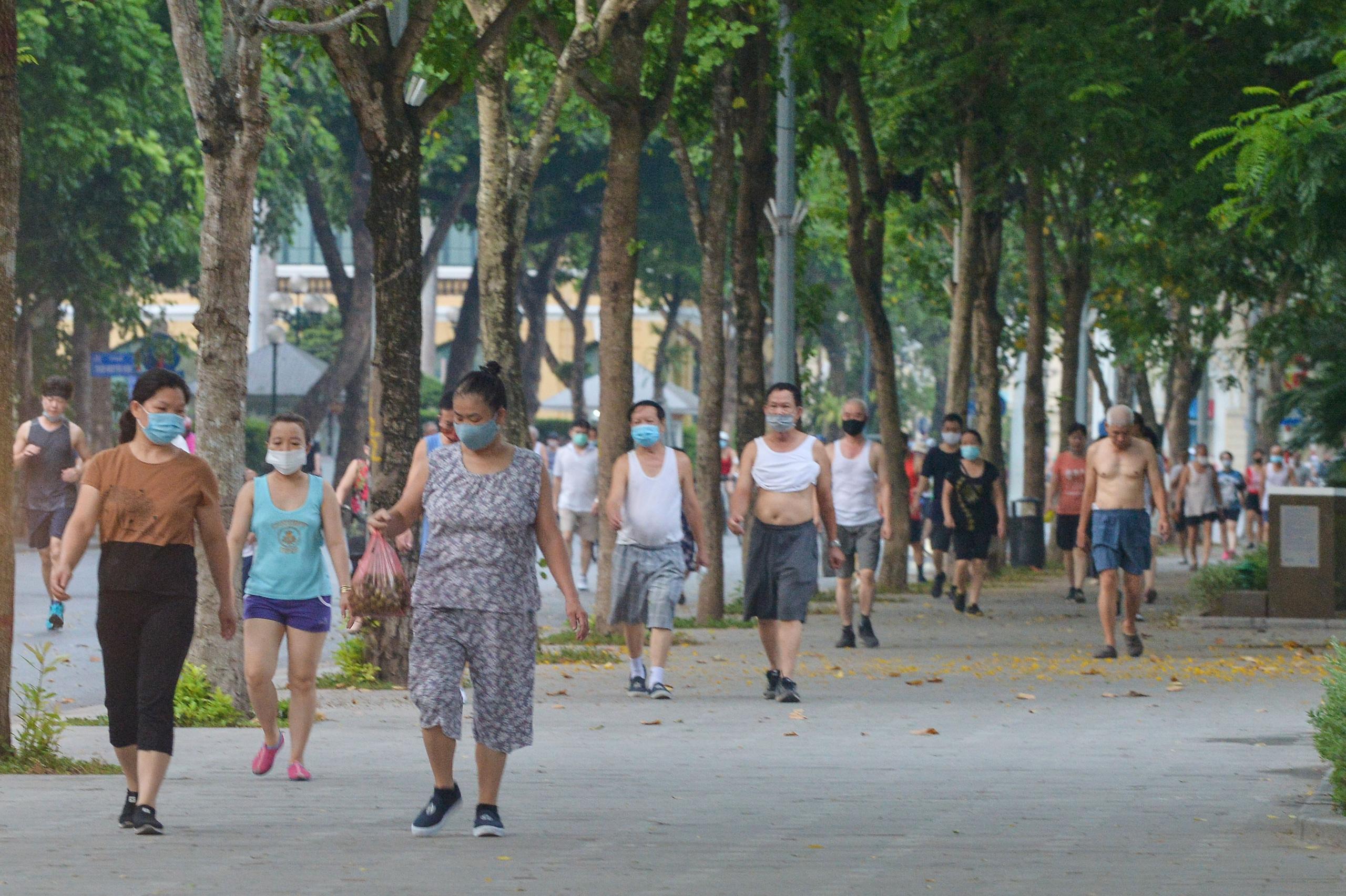 Hàng trăm người dân tập thể dục, đạp xe quanh hồ Gươm bất chấp dịch quy định phòng dịch Covid-19 - Ảnh 2.