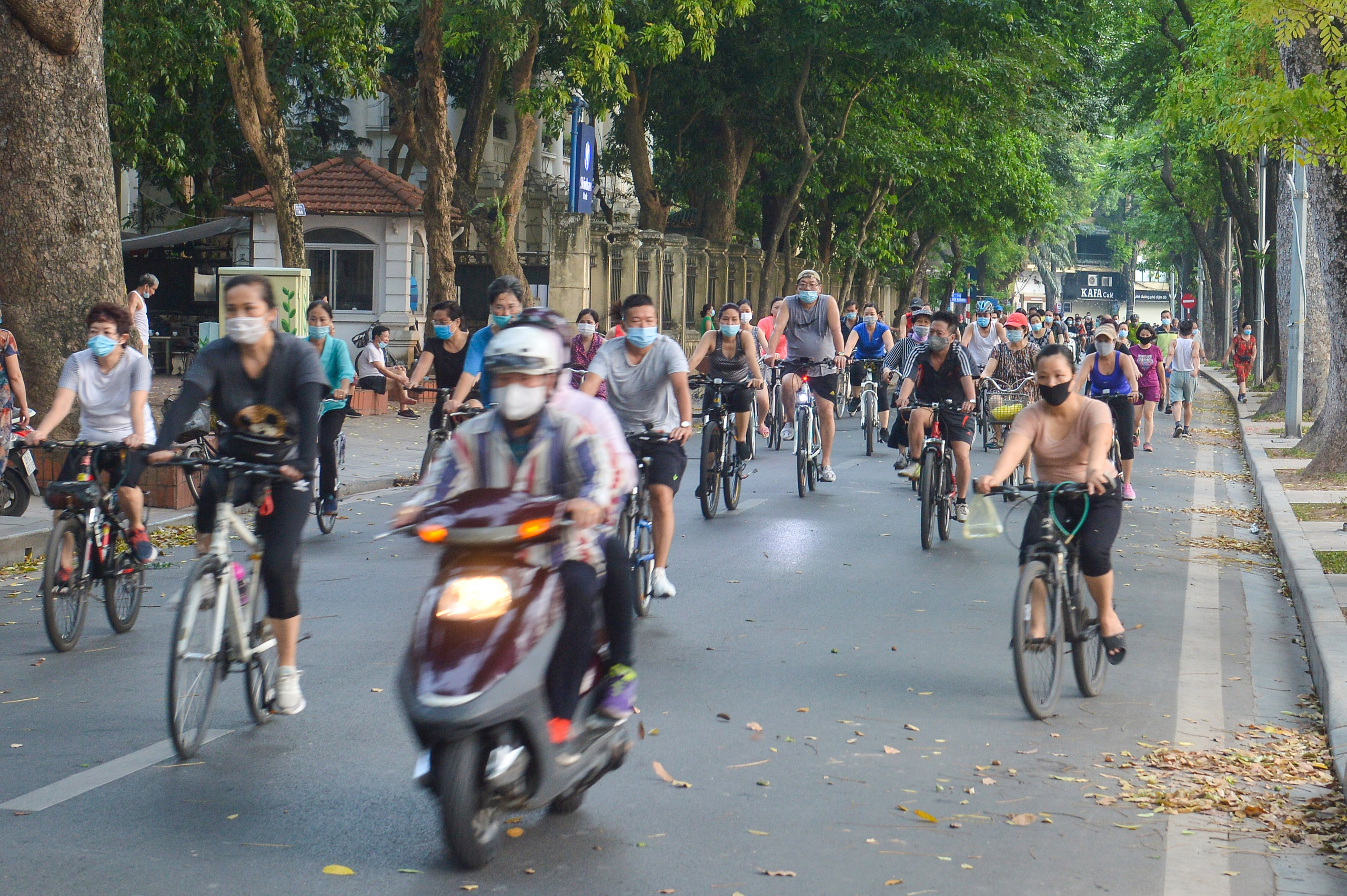 Hàng trăm người dân tập thể dục, đạp xe quanh hồ Gươm bất chấp dịch quy định phòng dịch Covid-19 - Ảnh 4.