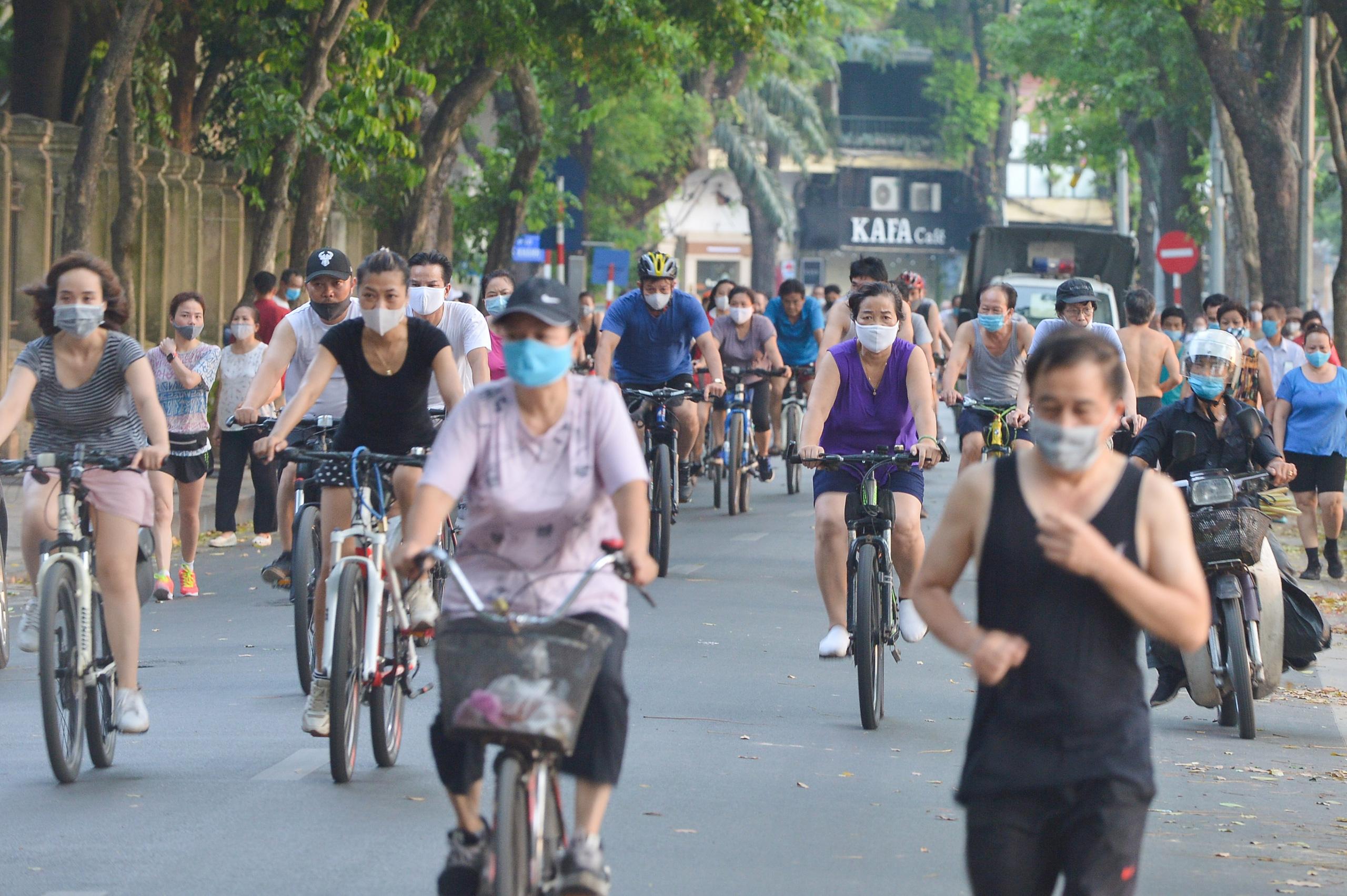 Hàng trăm người dân tập thể dục, đạp xe quanh hồ Gươm bất chấp dịch quy định phòng dịch Covid-19 - Ảnh 6.