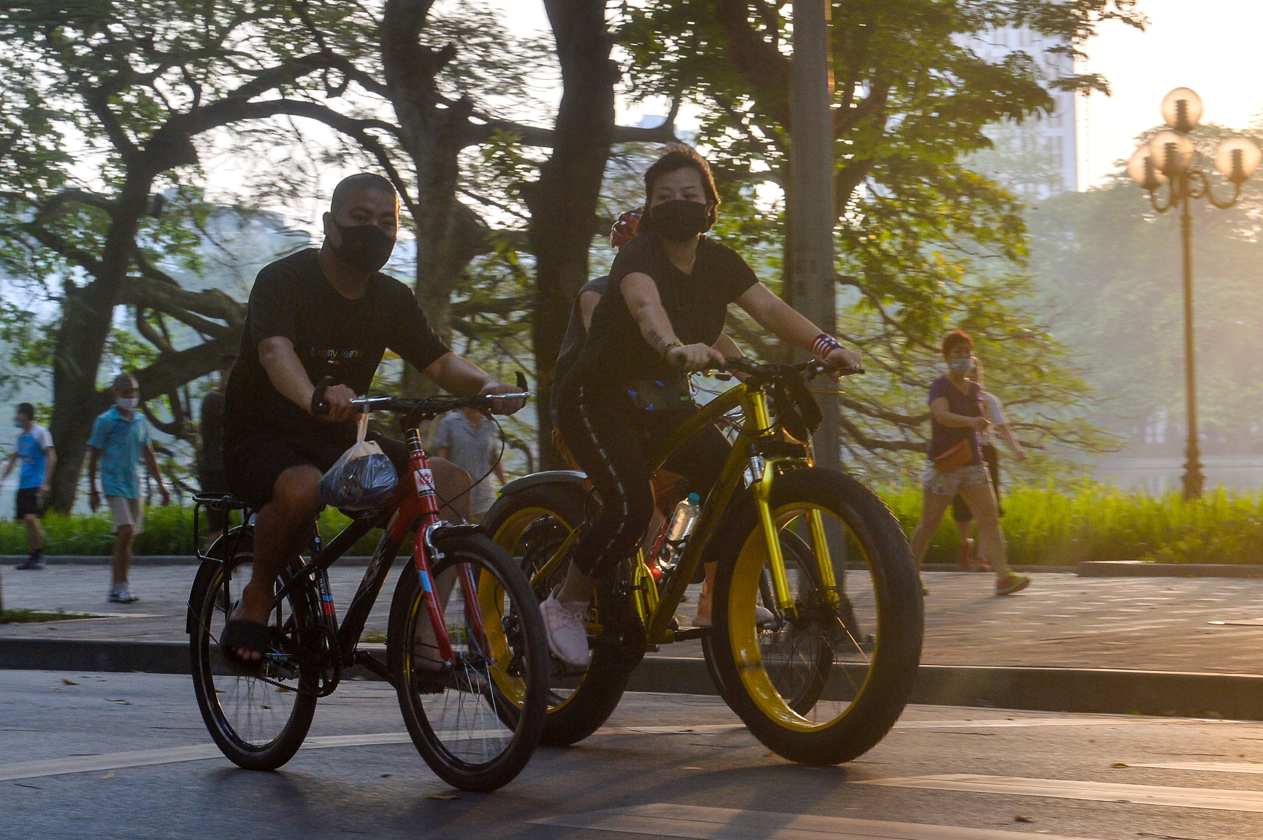 Hàng trăm người dân tập thể dục, đạp xe quanh hồ Gươm bất chấp dịch quy định phòng dịch Covid-19 - Ảnh 5.