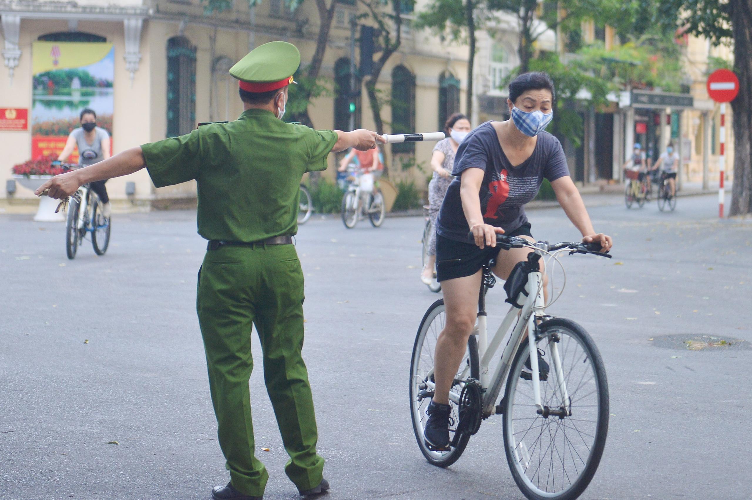 Hàng trăm người dân tập thể dục, đạp xe quanh hồ Gươm bất chấp dịch quy định phòng dịch Covid-19 - Ảnh 8.