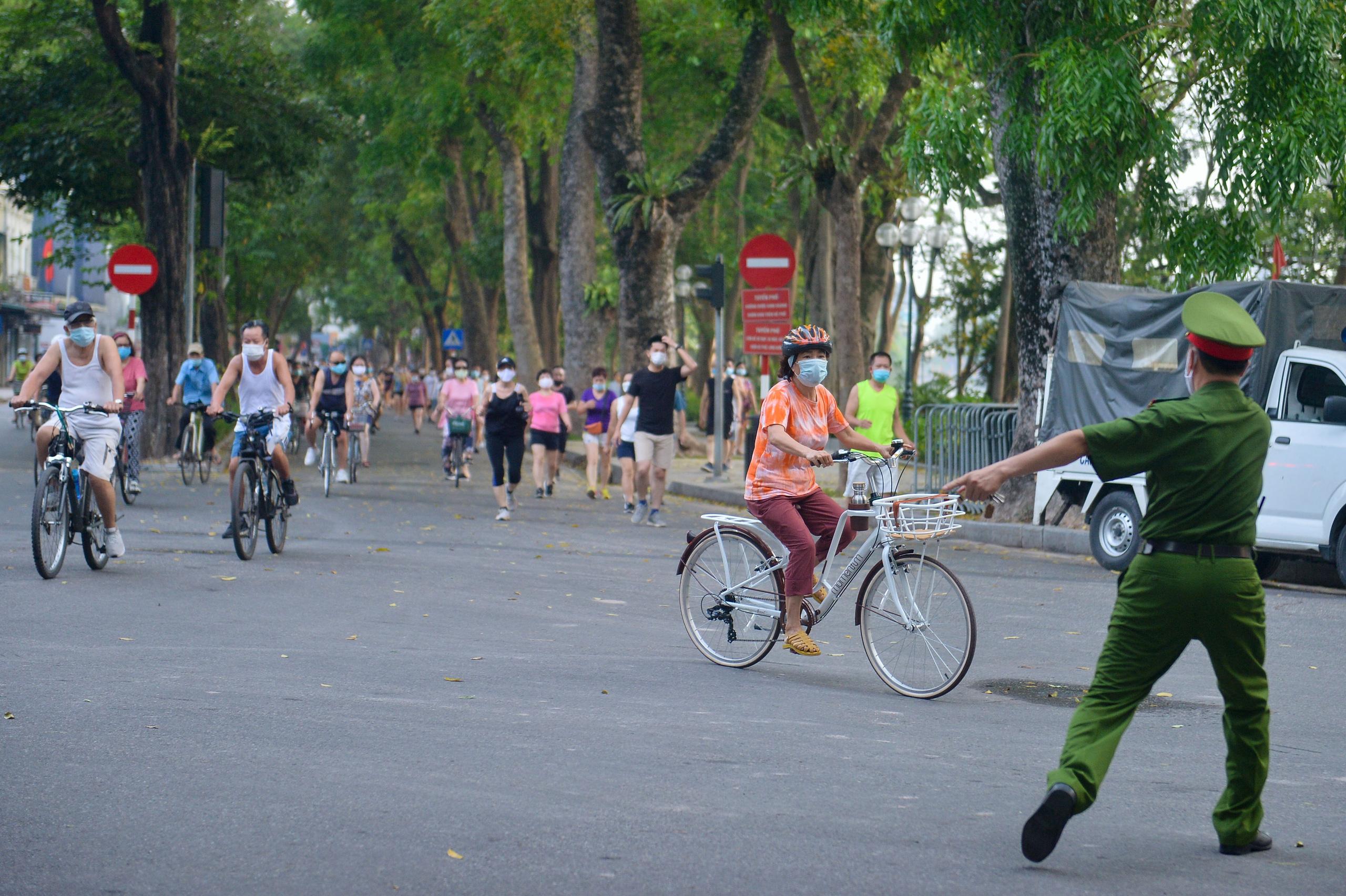 Hàng trăm người dân tập thể dục, đạp xe quanh hồ Gươm bất chấp dịch quy định phòng dịch Covid-19 - Ảnh 9.