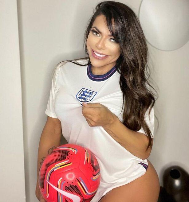 """Người mẫu Brazil ăn mừng chiến thắng của đội tuyển Anh bằng bộ ảnh cực """"nóng"""" - Ảnh 1."""
