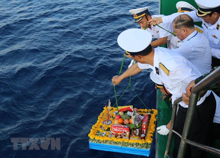 Ảnh: Thiêng liêng lễ tưởng niệm liệt sỹ Trường Sa trên Biển Đông - Ảnh 4.