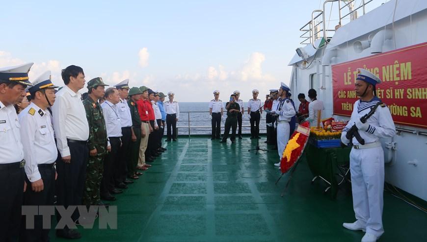 Ảnh: Thiêng liêng lễ tưởng niệm liệt sỹ Trường Sa trên Biển Đông - Ảnh 9.