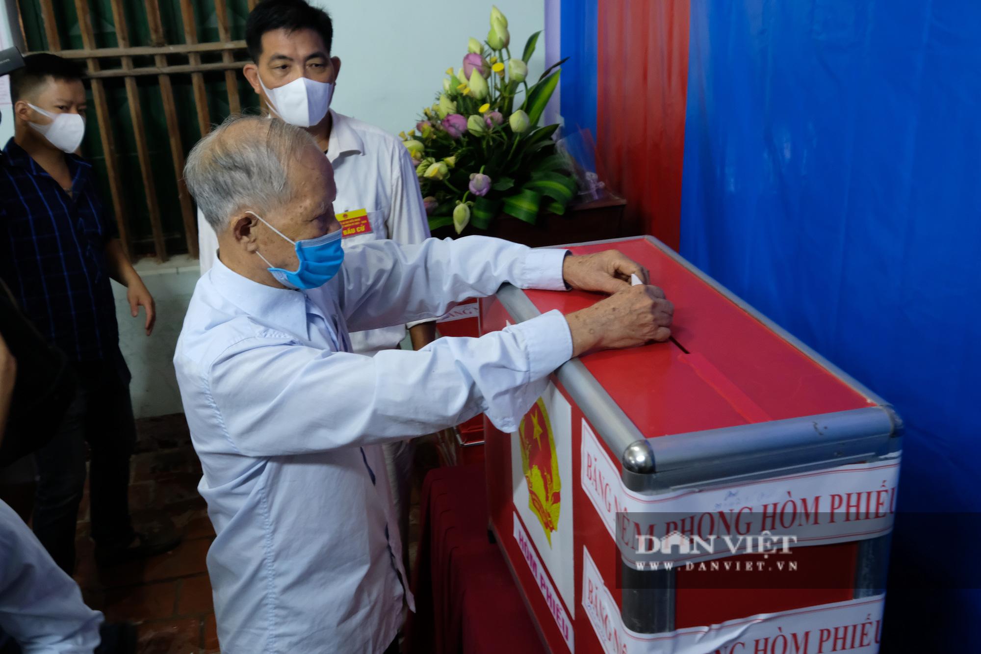 Cử tri Mê Linh bầu cử lại sau vụ Chủ tịch HĐND xã mang 75 phiếu về nhà tự gạch - Ảnh 7.